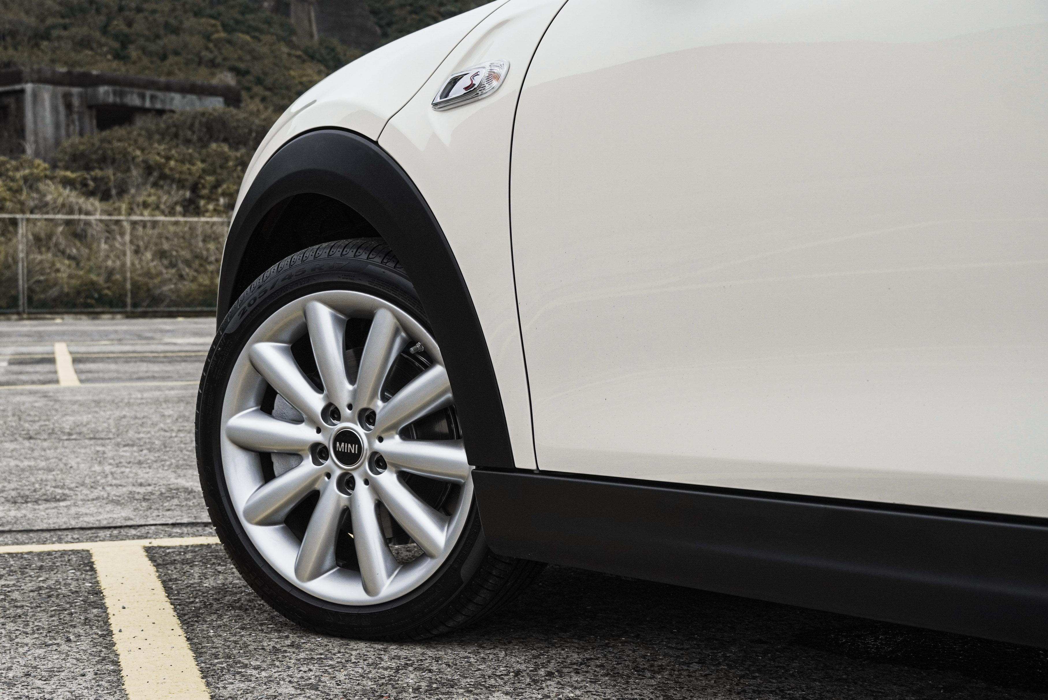 Cooper S 標配 17 吋輪圈。葉子板上有 S 標誌。