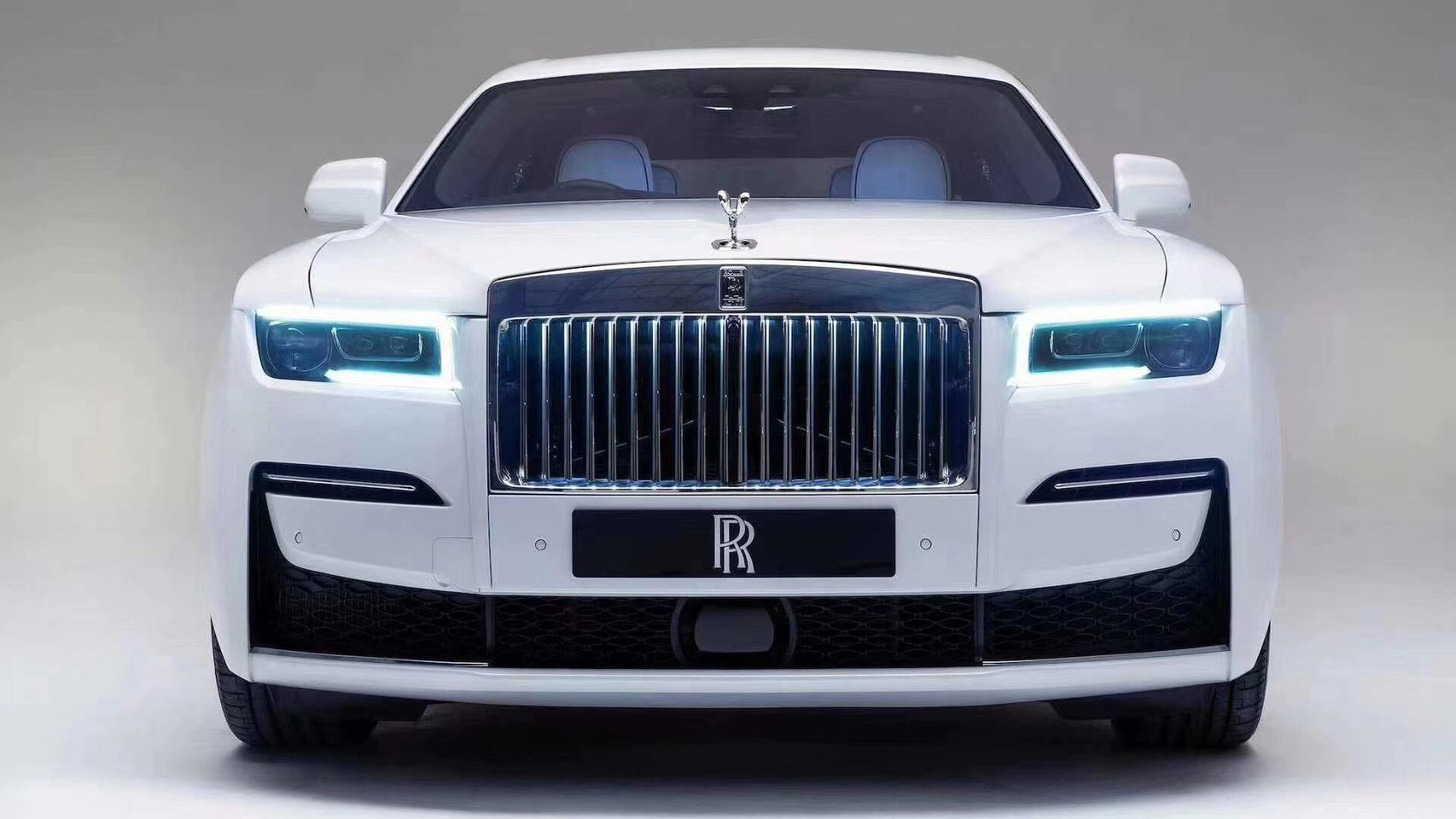 全新 Ghost 搭載最新科技鐳射頭燈組,車頭水箱護罩內鑲嵌 LED 光源。