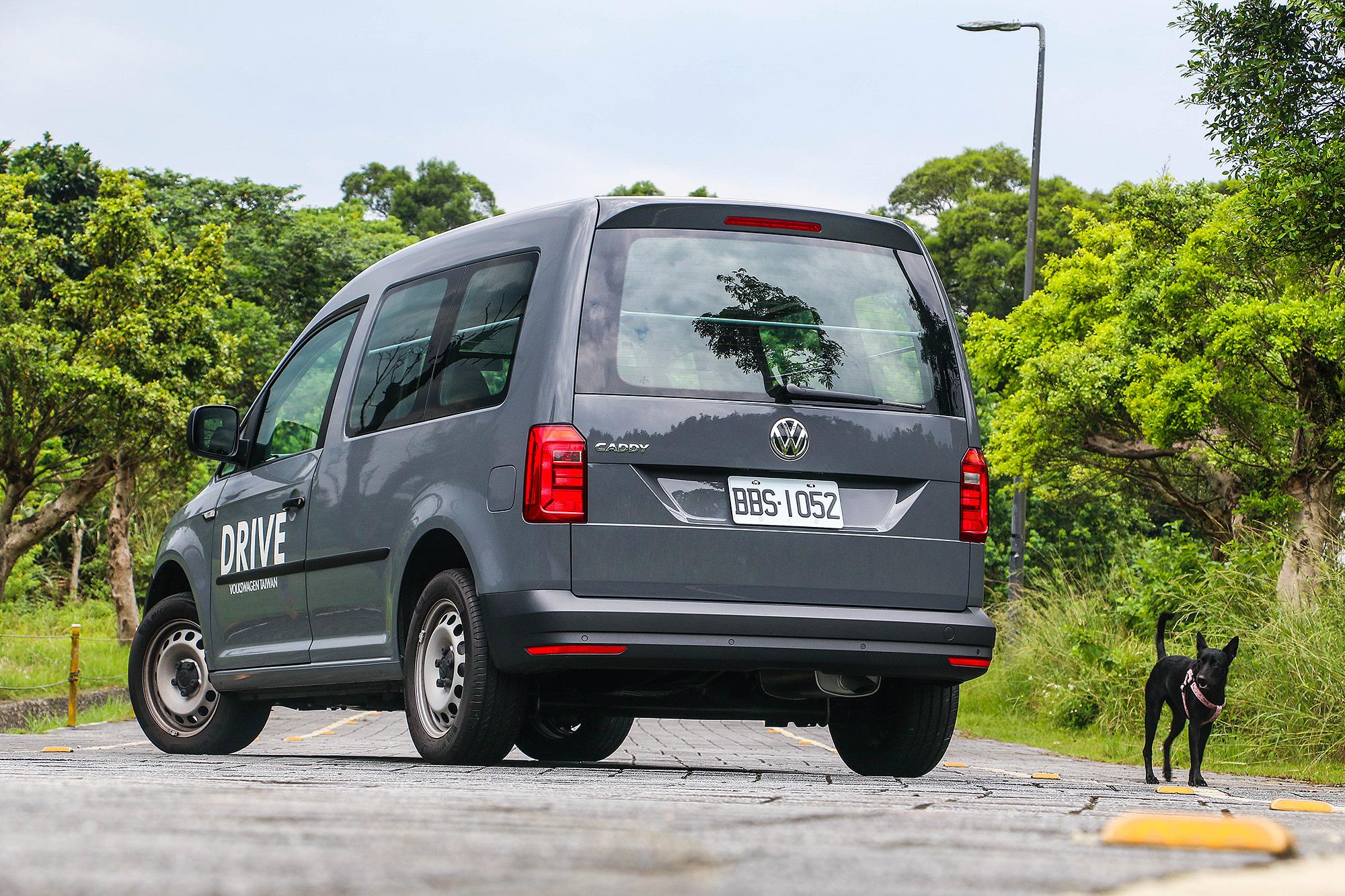 Caddy Van 1.4 TSI DSG 的魅力,讓路過的小黑也不禁駐足回首。