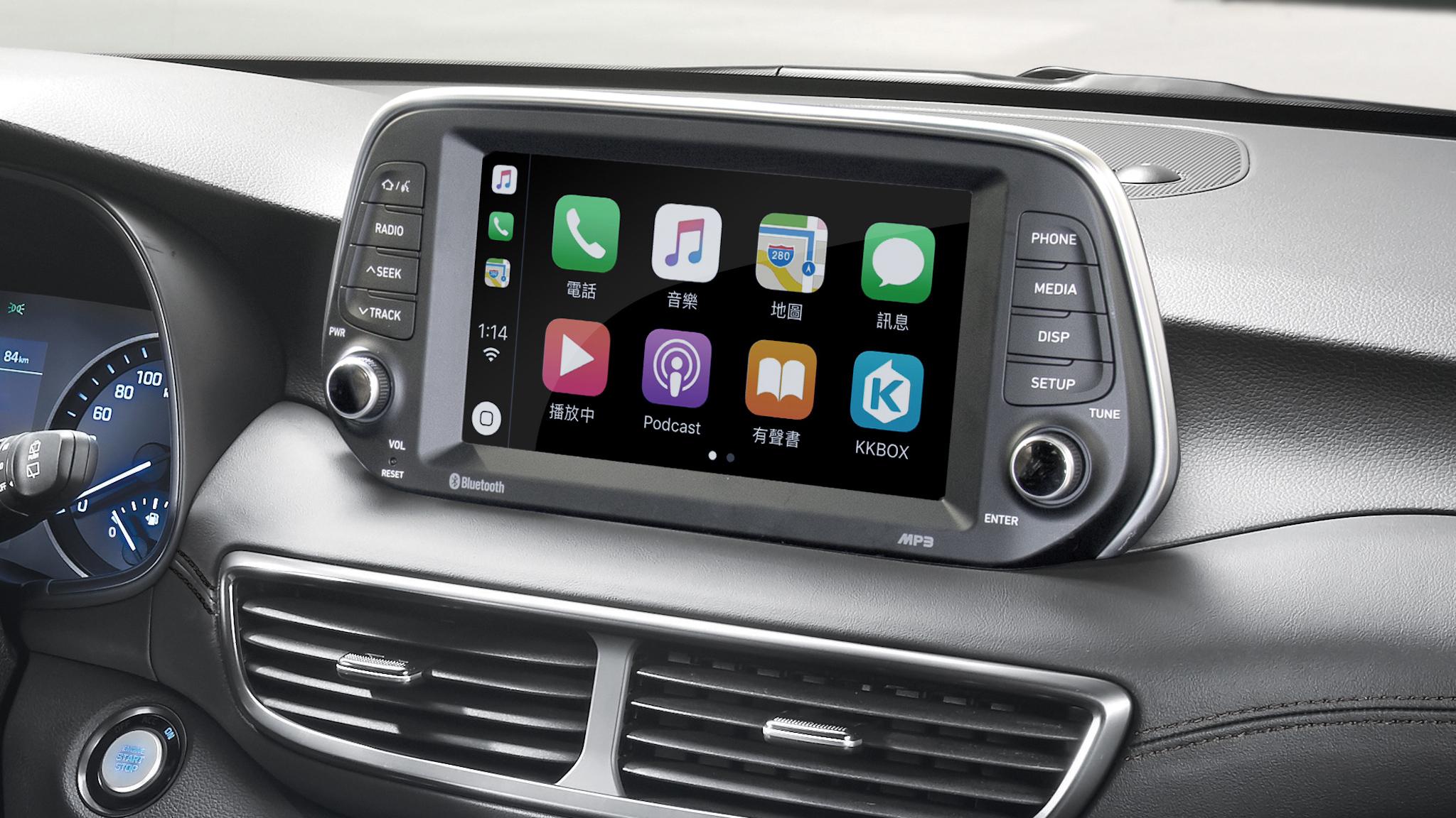 中控臺上方 8 吋懸浮式觸控螢幕並整合 Apple CarPlay、 Android Auto、倒車顯影等功能。