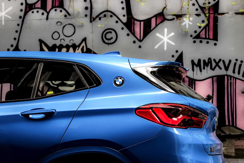 X2 承襲傳奇 BMW 3.0 CSL 賽車靈魂,將藍白廠徽嵌於C柱之上。