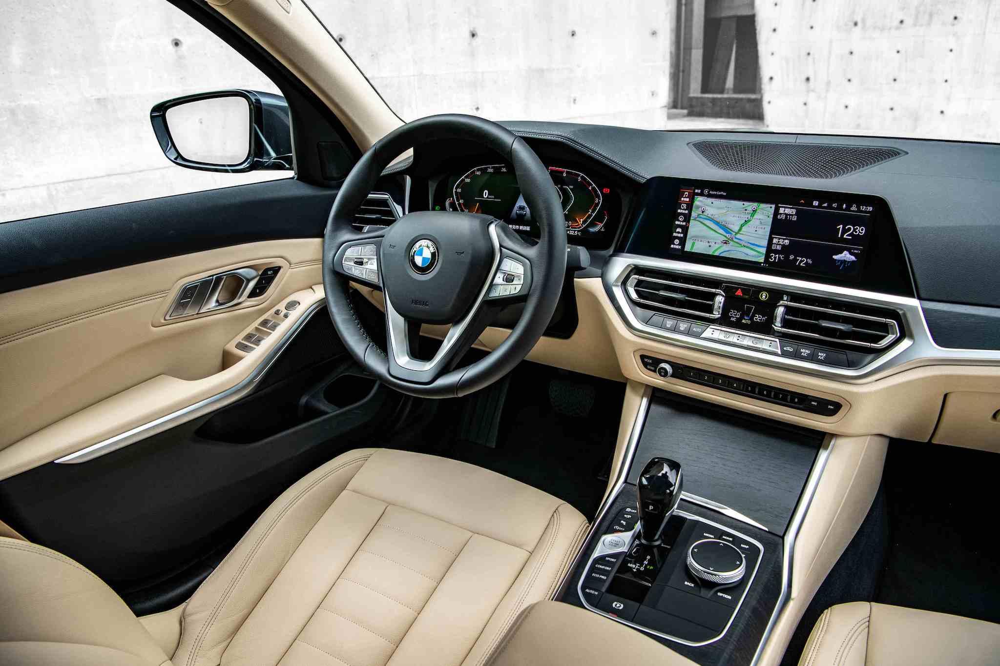 全新 2.0 BMW 318i 以 Vernasca 真皮內裝與全數位虛擬座艙打造,限量 100 台更升級360 度環景輔助攝影、遠端 3D 監控、HiFi 高傳真音響系統與電動行李廂啟閉。
