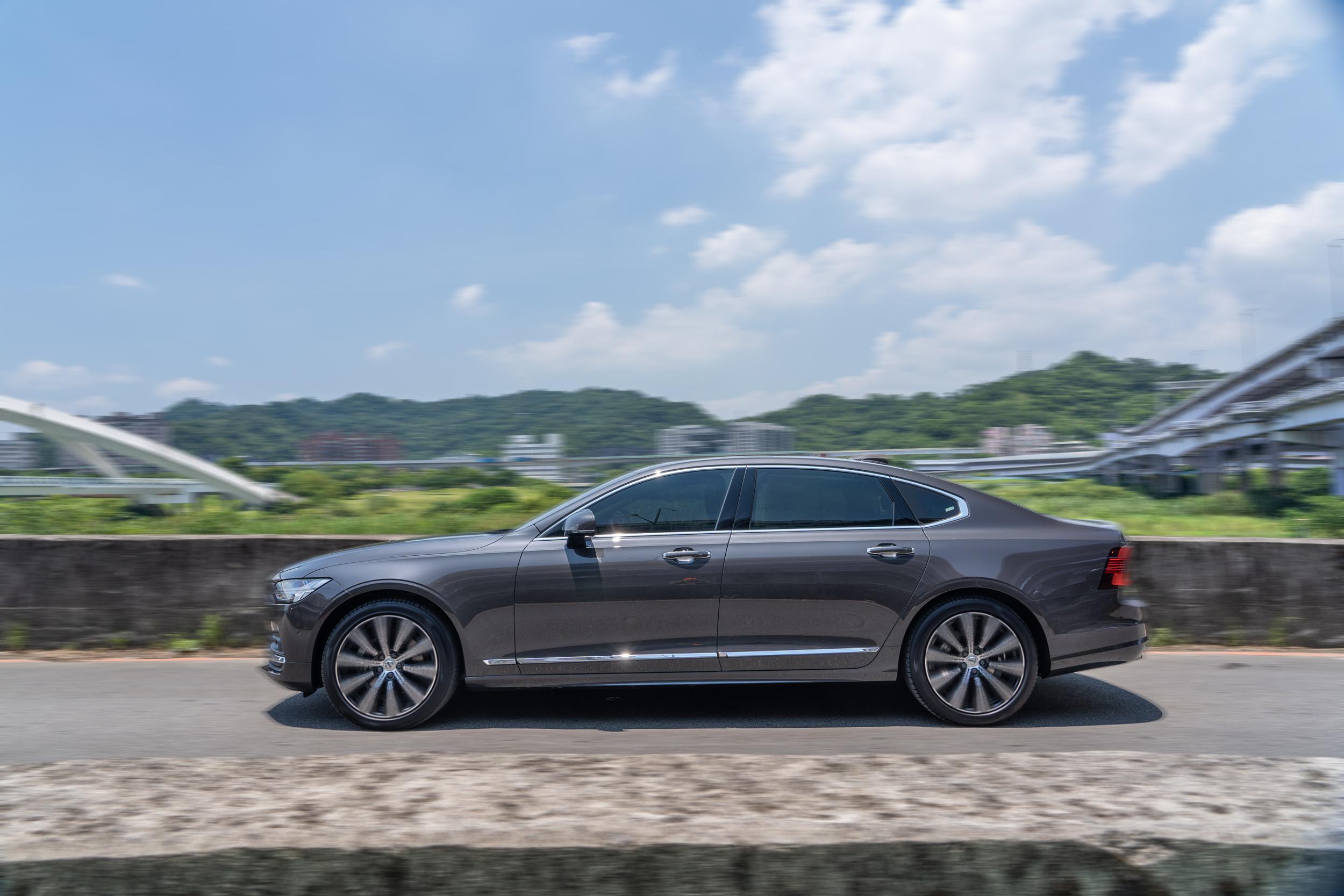 行車質感優異,可以有效過濾路面坑洞,隔音制震表現也有高水準演出。