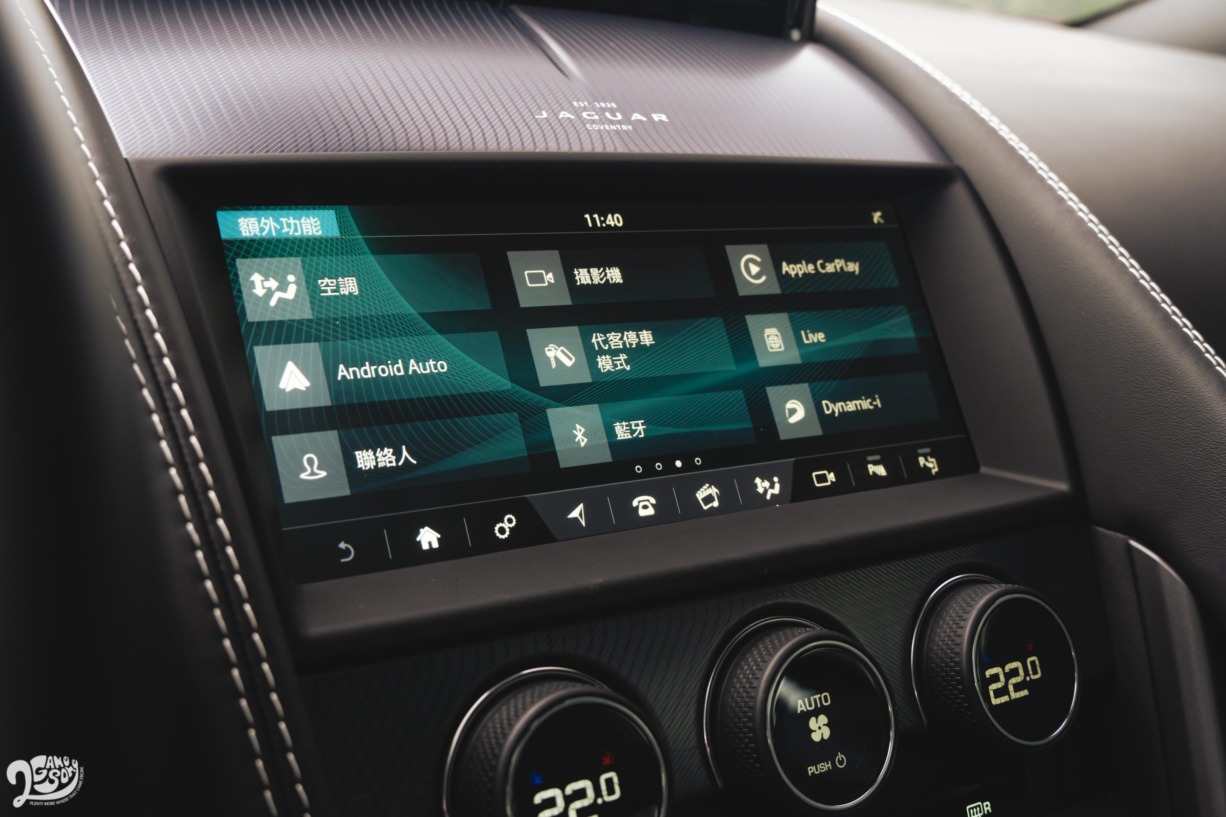 10 吋中央觸控螢幕支援 Apple CarPlay、Android Auto。