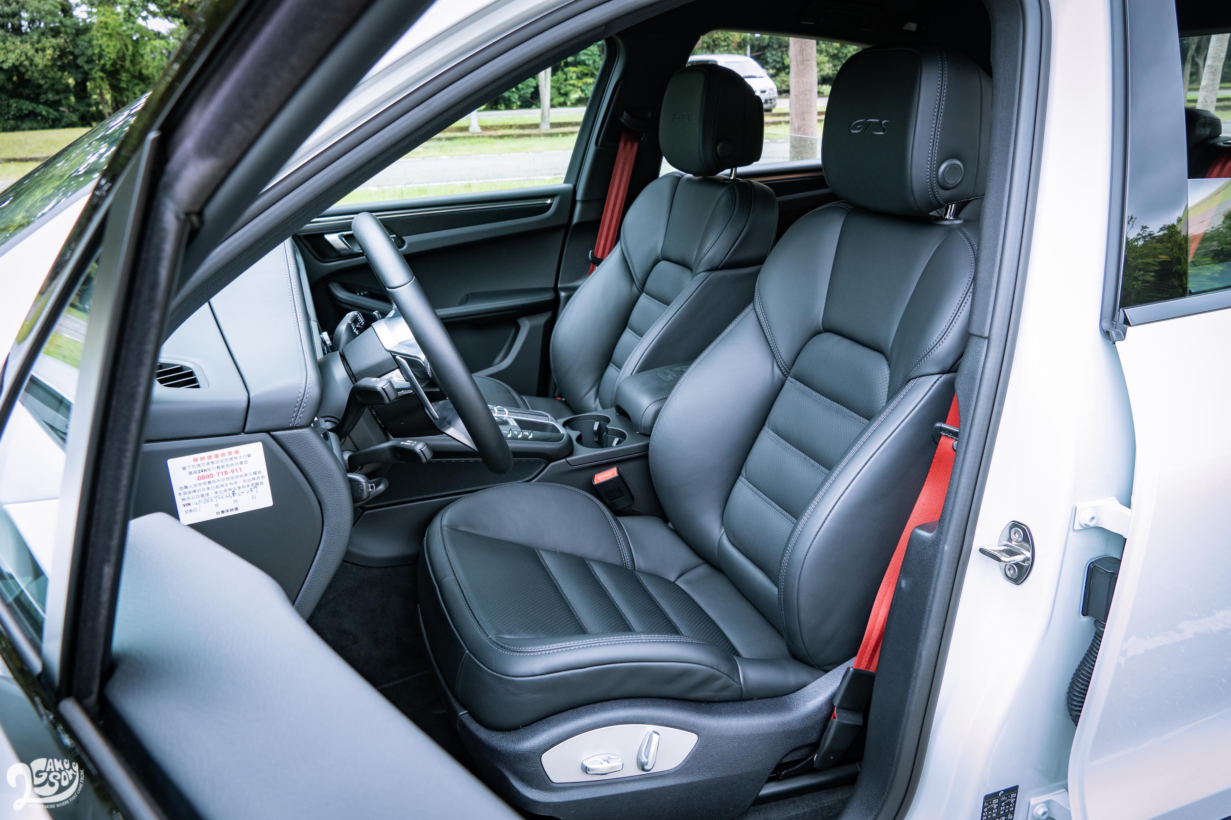 GTS 標配雙前座八向電動調整運動座椅。