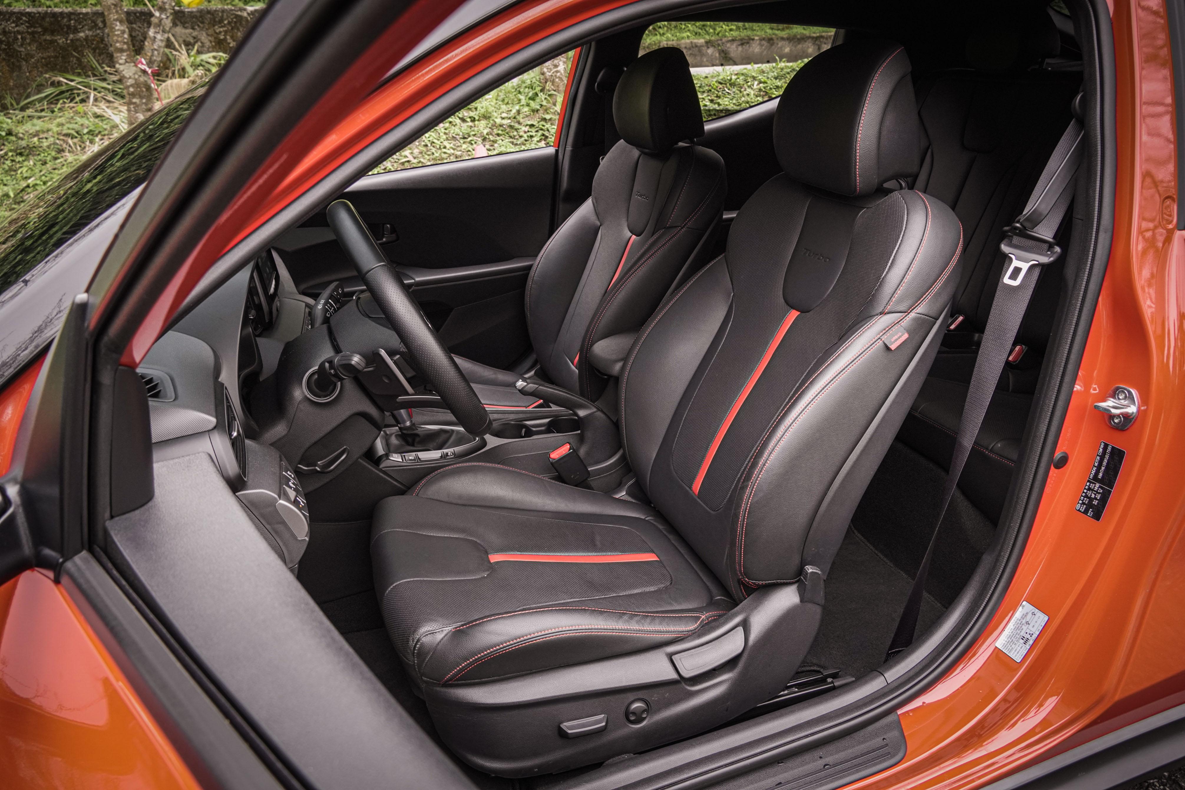 駕駛座提供八向電動調整,筒型座椅側向支撐稍嫌不足。