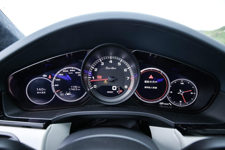中央轉速表兩側為數位儀表,但仍呈現經典的五環儀錶設計。