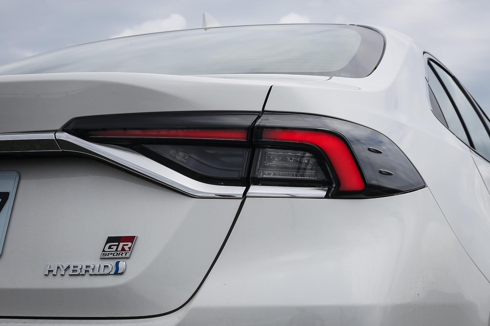燻黑的 LED 光條式尾燈加上專屬的 GR Sport 銘牌,在路上應該很容易一眼認出。