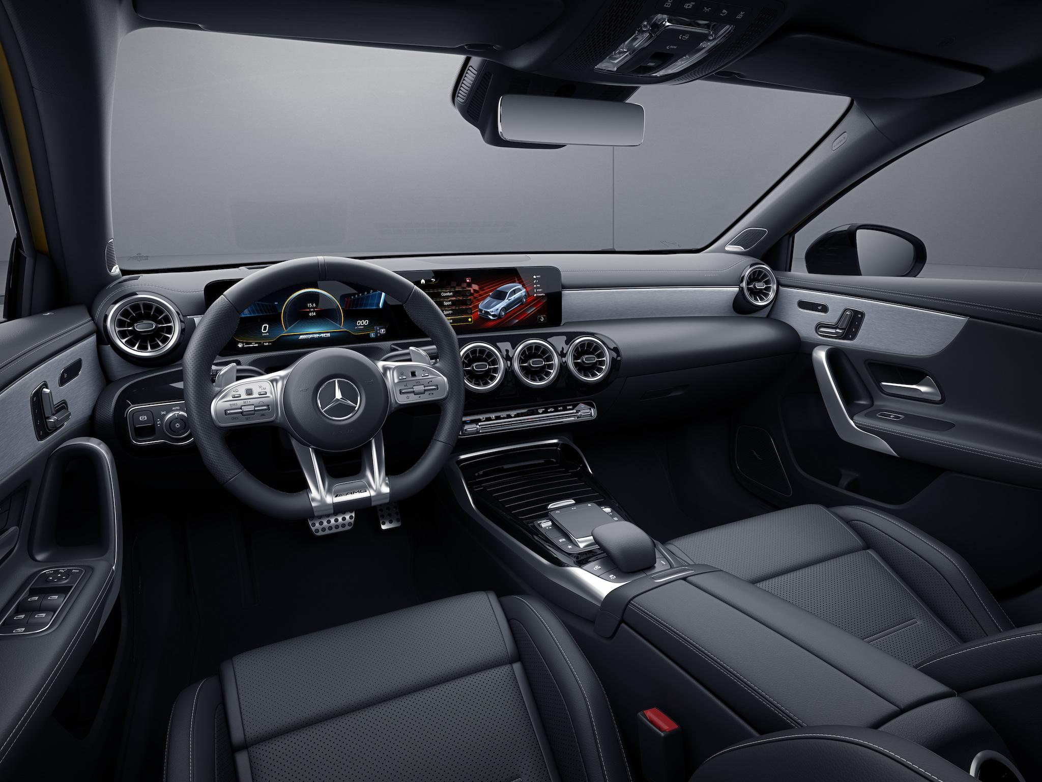 正 21 年式 Mercedes-AMG 35 車系全標配「AMG 高性能 Nappa 真皮平底跑車方向盤」。