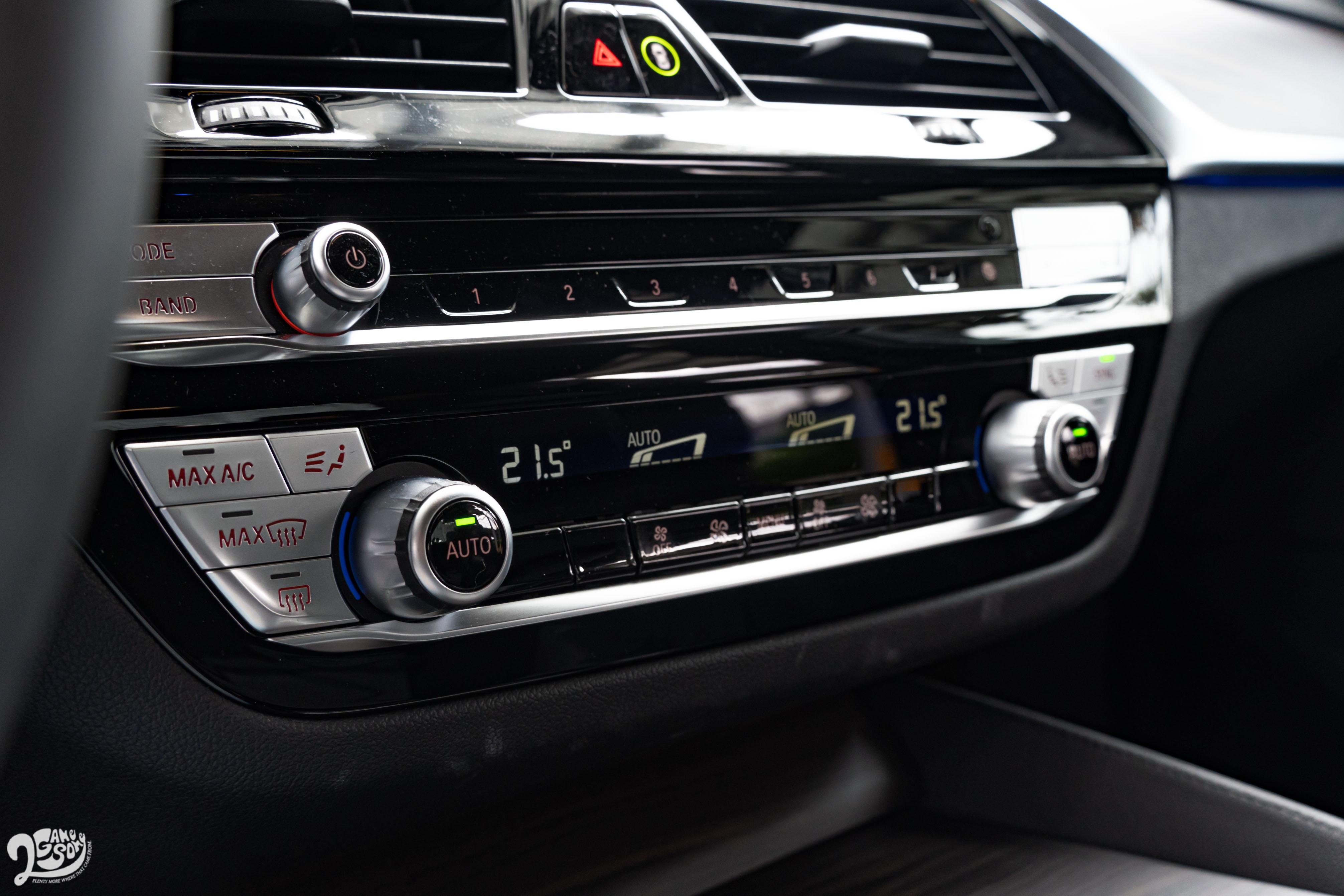 雙區恆溫空調、行車模式切換、音量調整等控制項目則保留實體旋鈕和按鍵