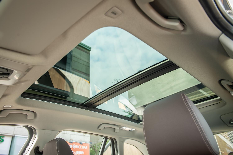全新 BMW X1 sDrive20i 標配全景式電動玻璃天窗。