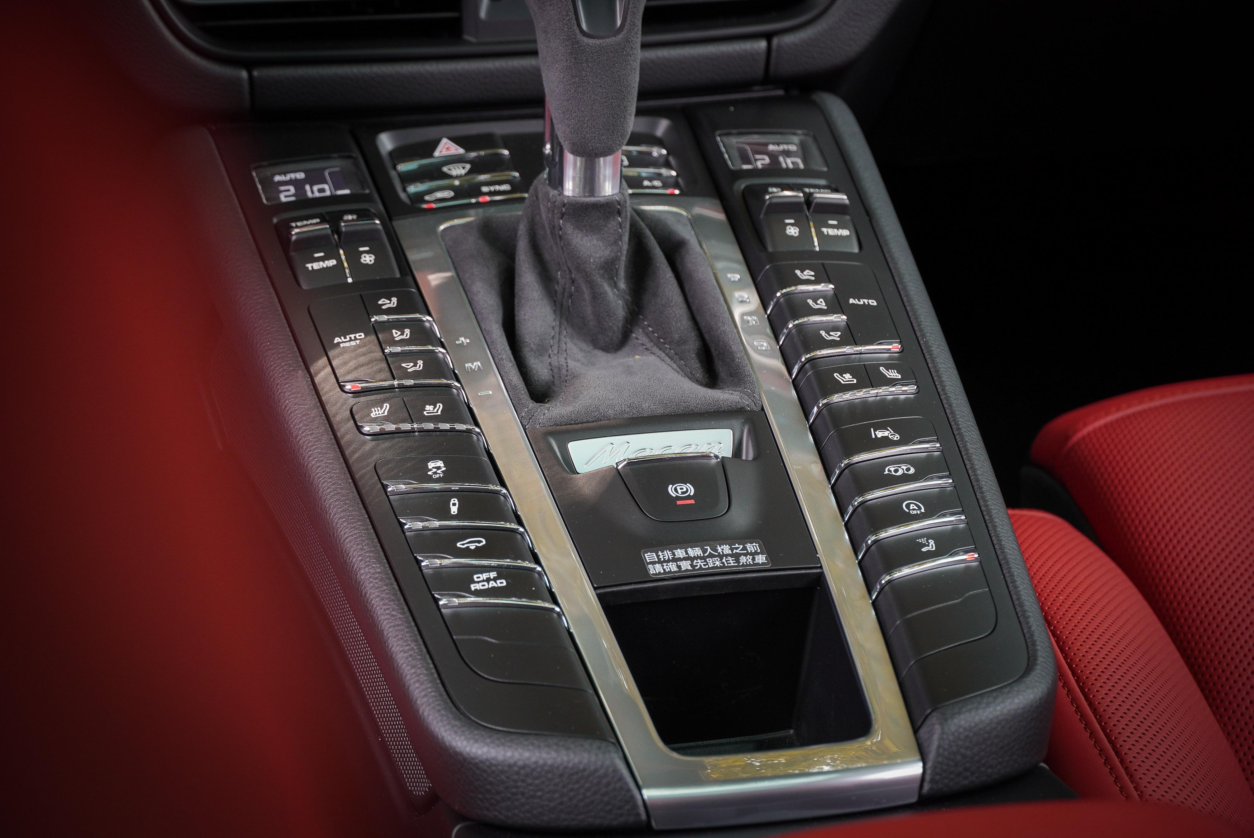 若要把中央鞍座處按鈕全部填滿,可是要準備不少選配金。