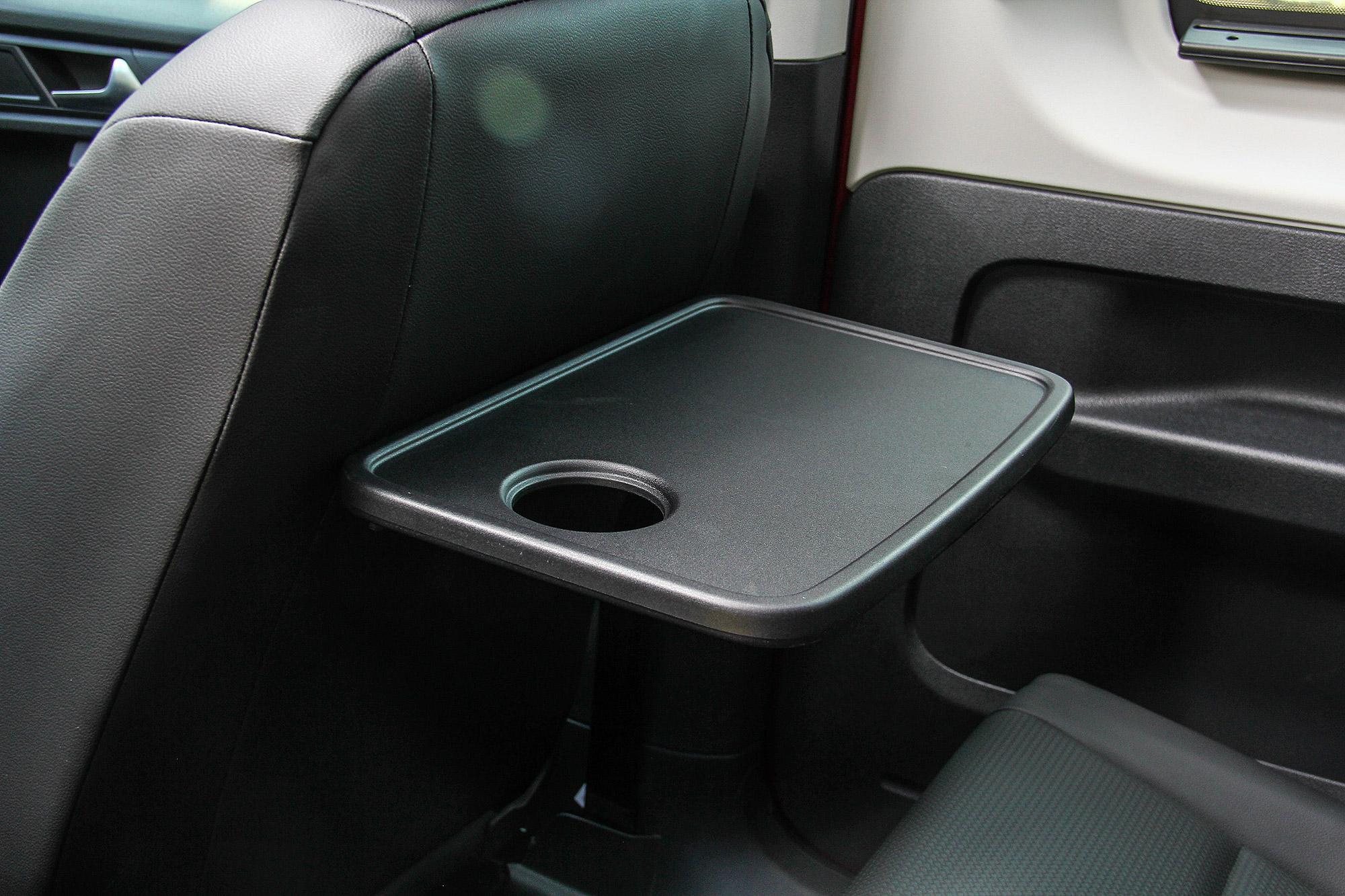 前座椅背小桌板設計有杯架功能。