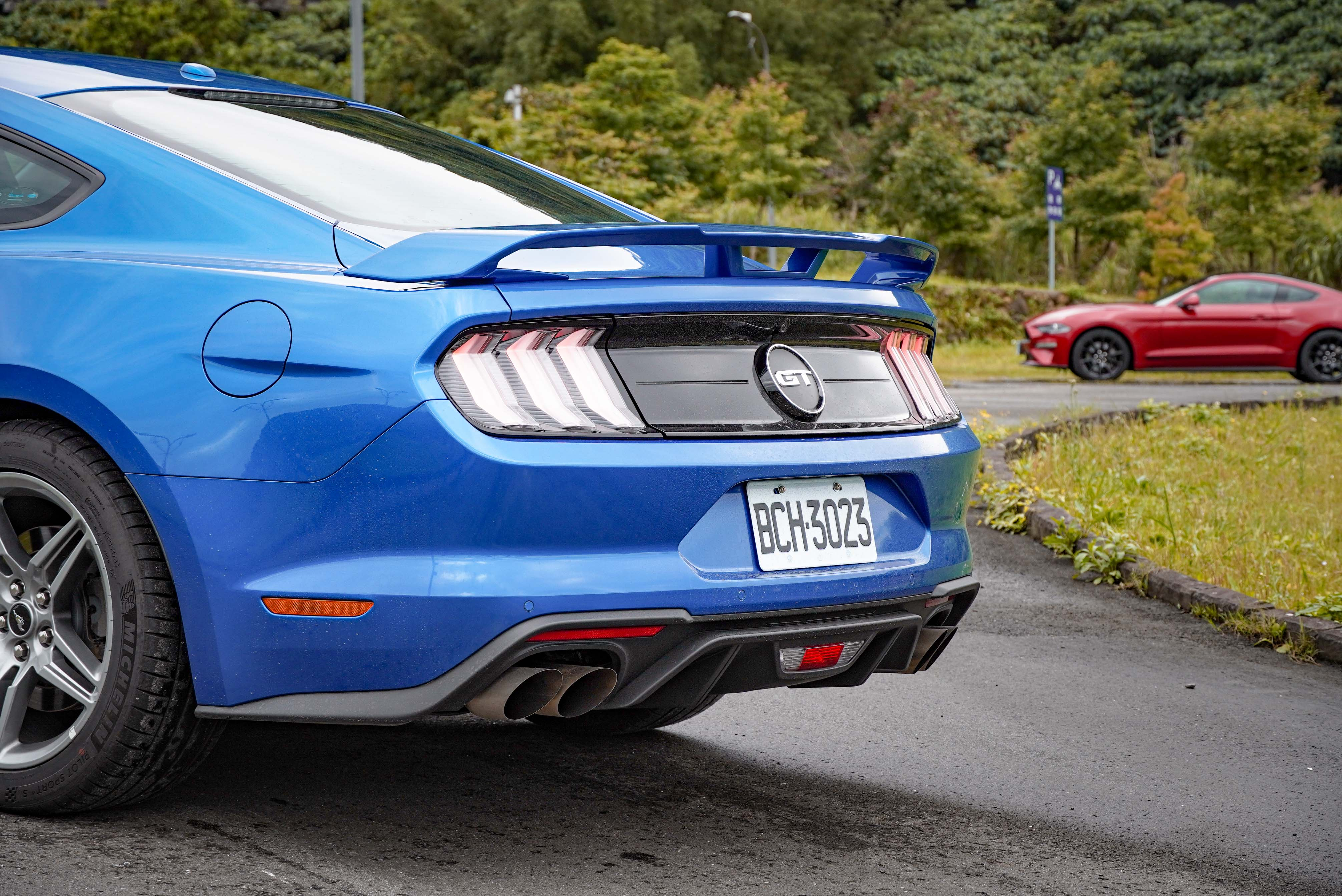 GT Premium 標配競技型雙邊雙出尾管。
