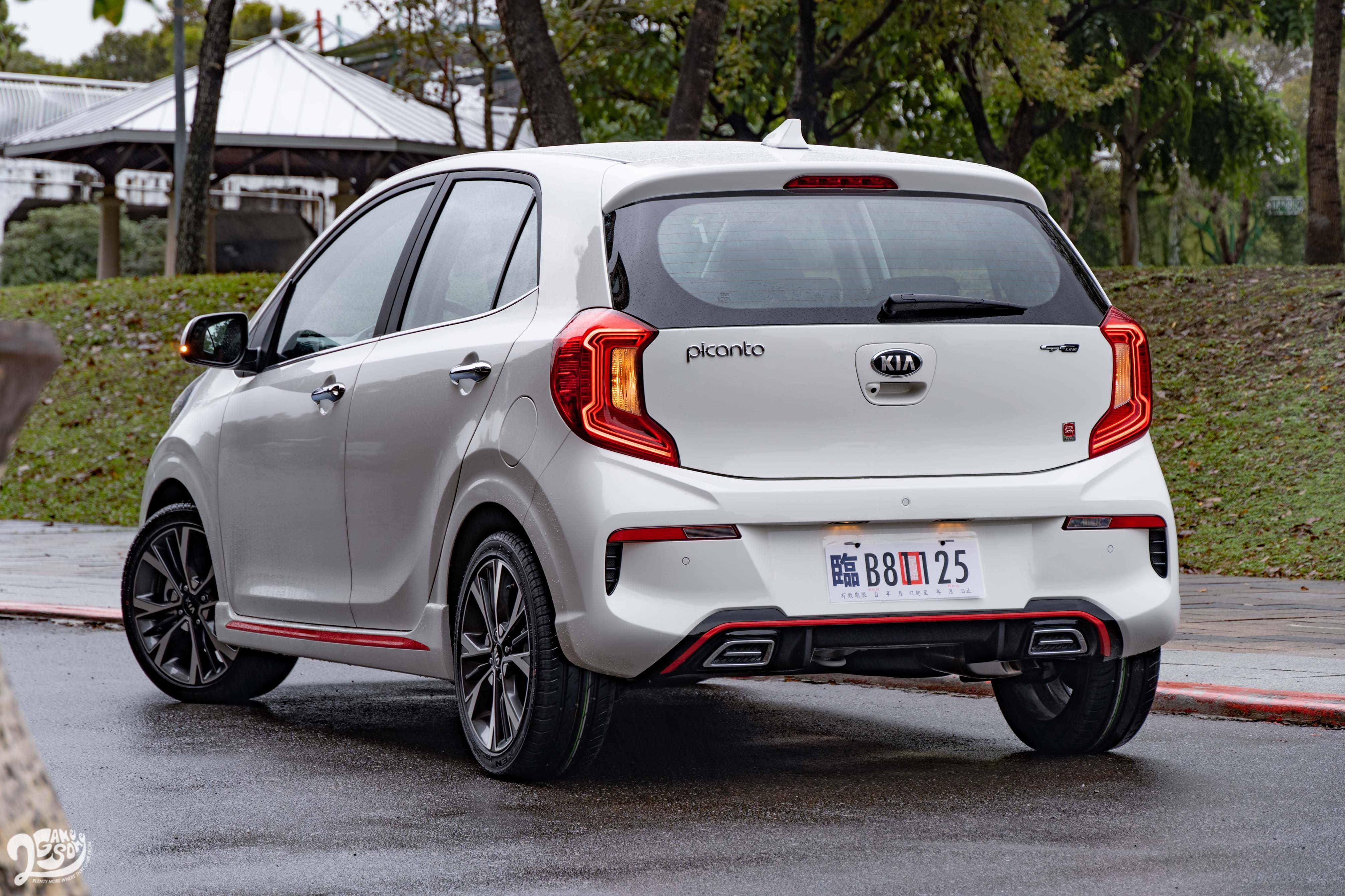 車尾同樣採用新的保桿設計,不過個人較喜歡小改前的單邊雙出尾管,而非現在的造型飾管。