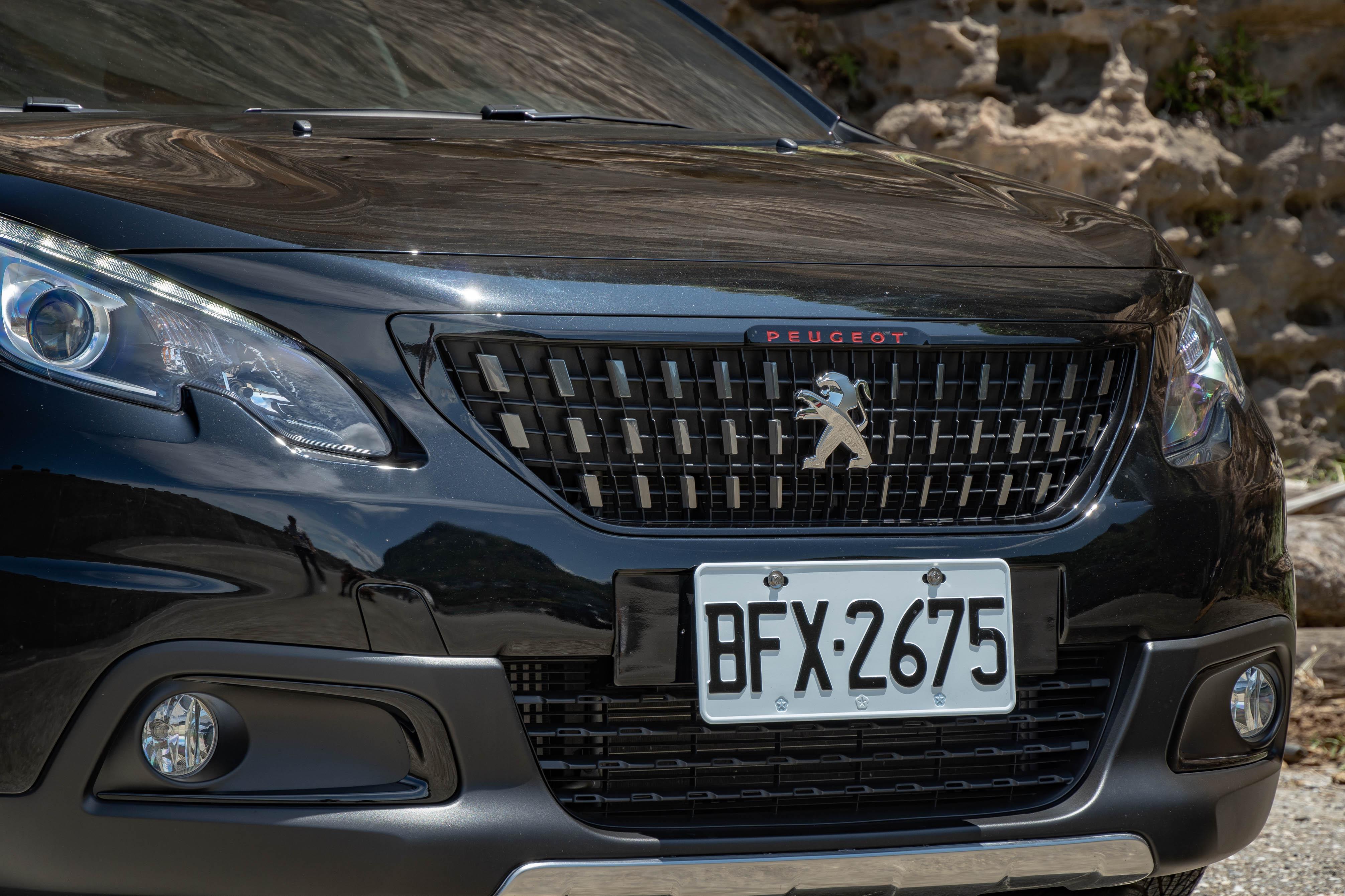 GT Line 標配,方格旗幟式水箱罩與紅色 Peugeot 字樣。