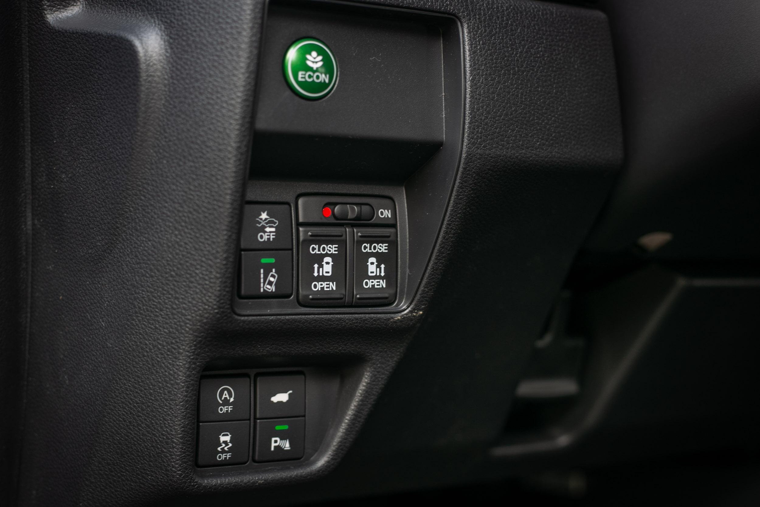 登峰版才有兩側電動滑門機制,入門的卓越版駕駛側滑門為手動。