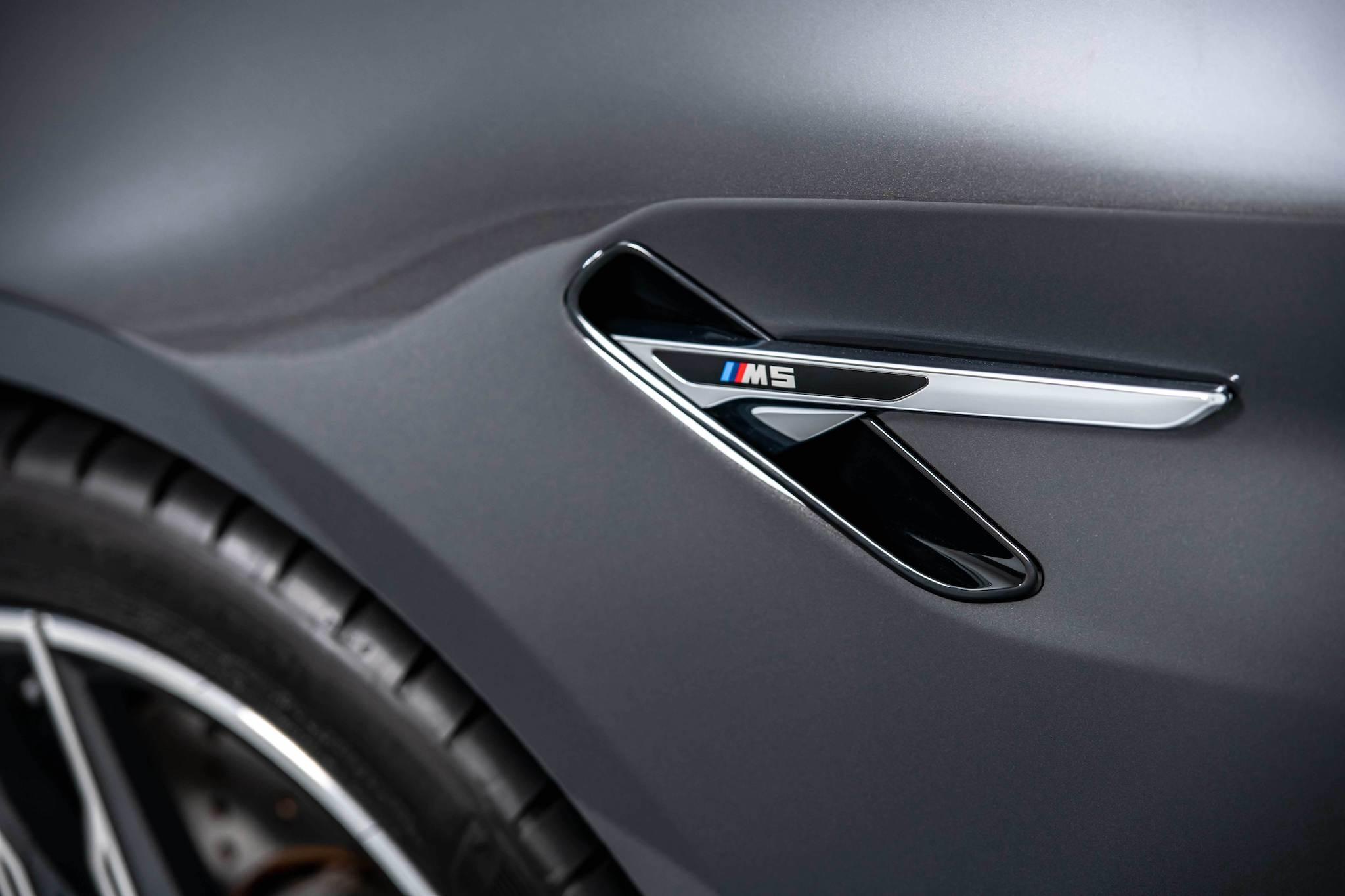 BMW M5 位於前葉子板的M鯊魚鰓狀飾條。