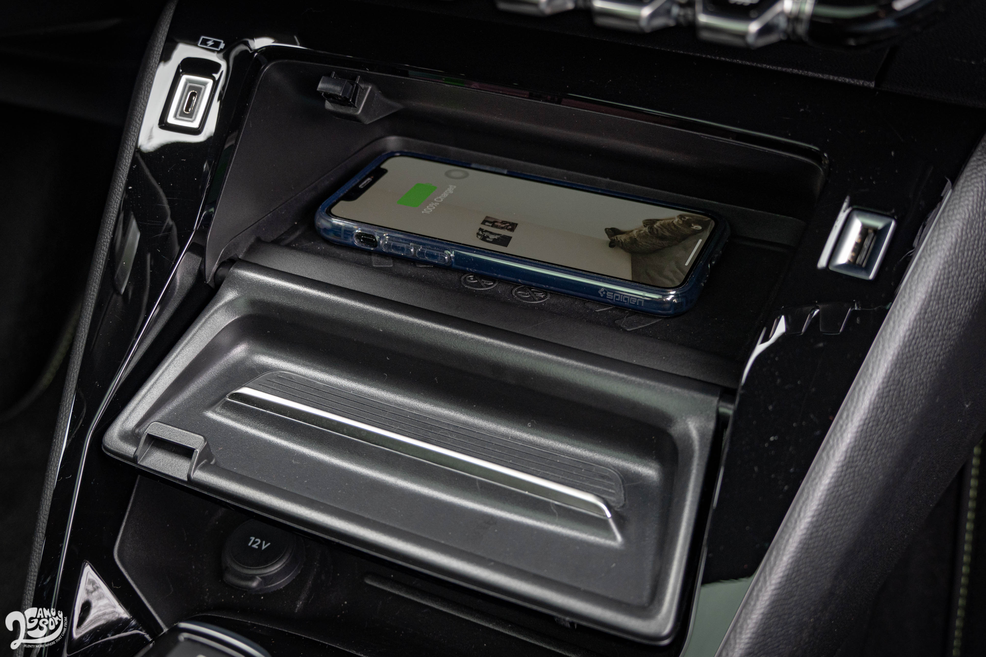 GT 等級標配、Allure 等級選配的無線充電板。