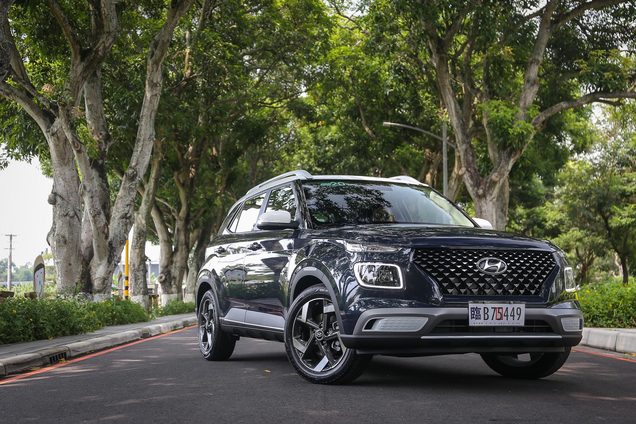 試駕車型為 Venue 頂規 GLC 車型,售價為新台幣 74.9 萬元。