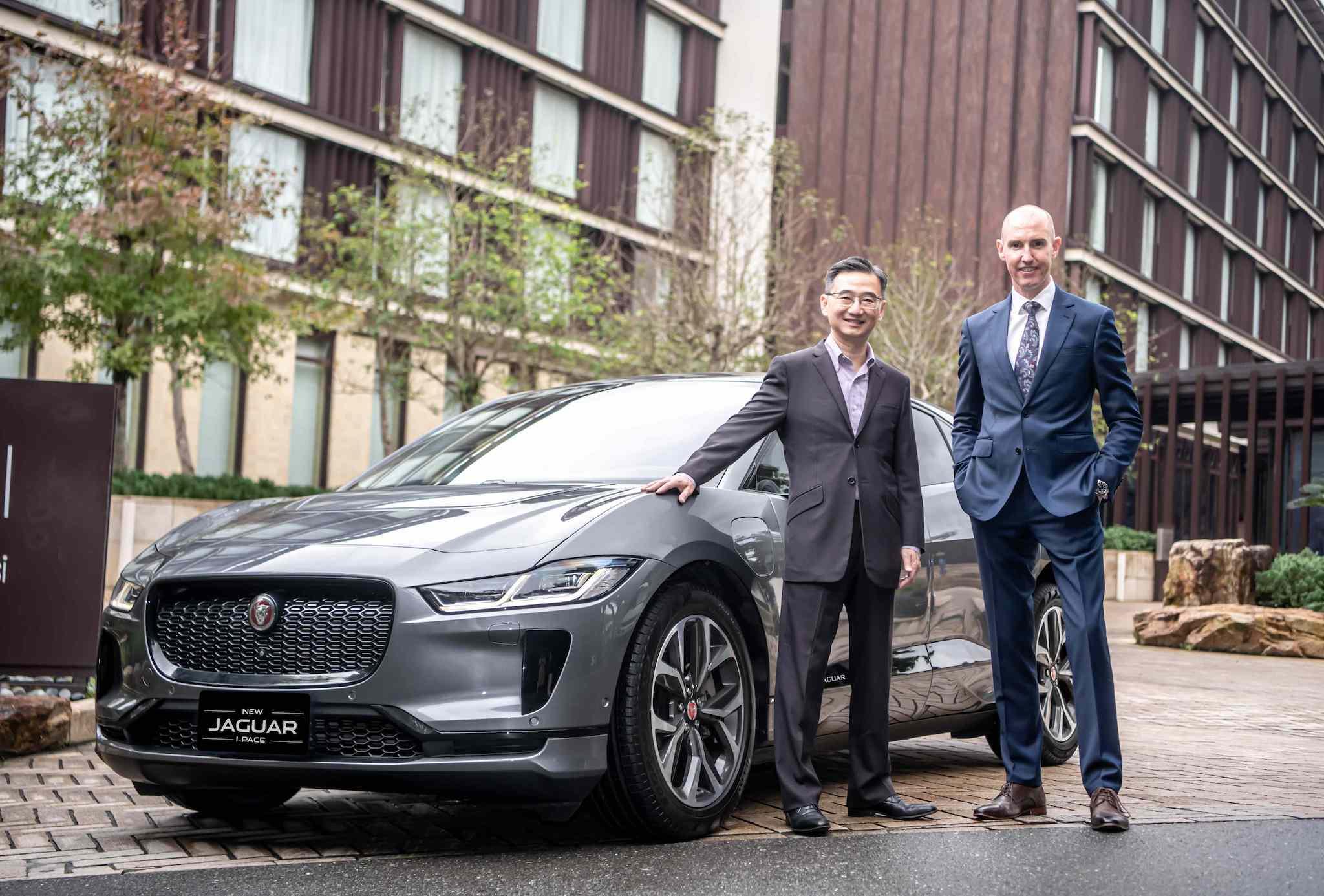 圖為 Jaguar Land Rover Taiwan 台灣捷豹路虎總經理 Garth Turnbull (右一)、Noodoe 董事長王景弘(左一)。