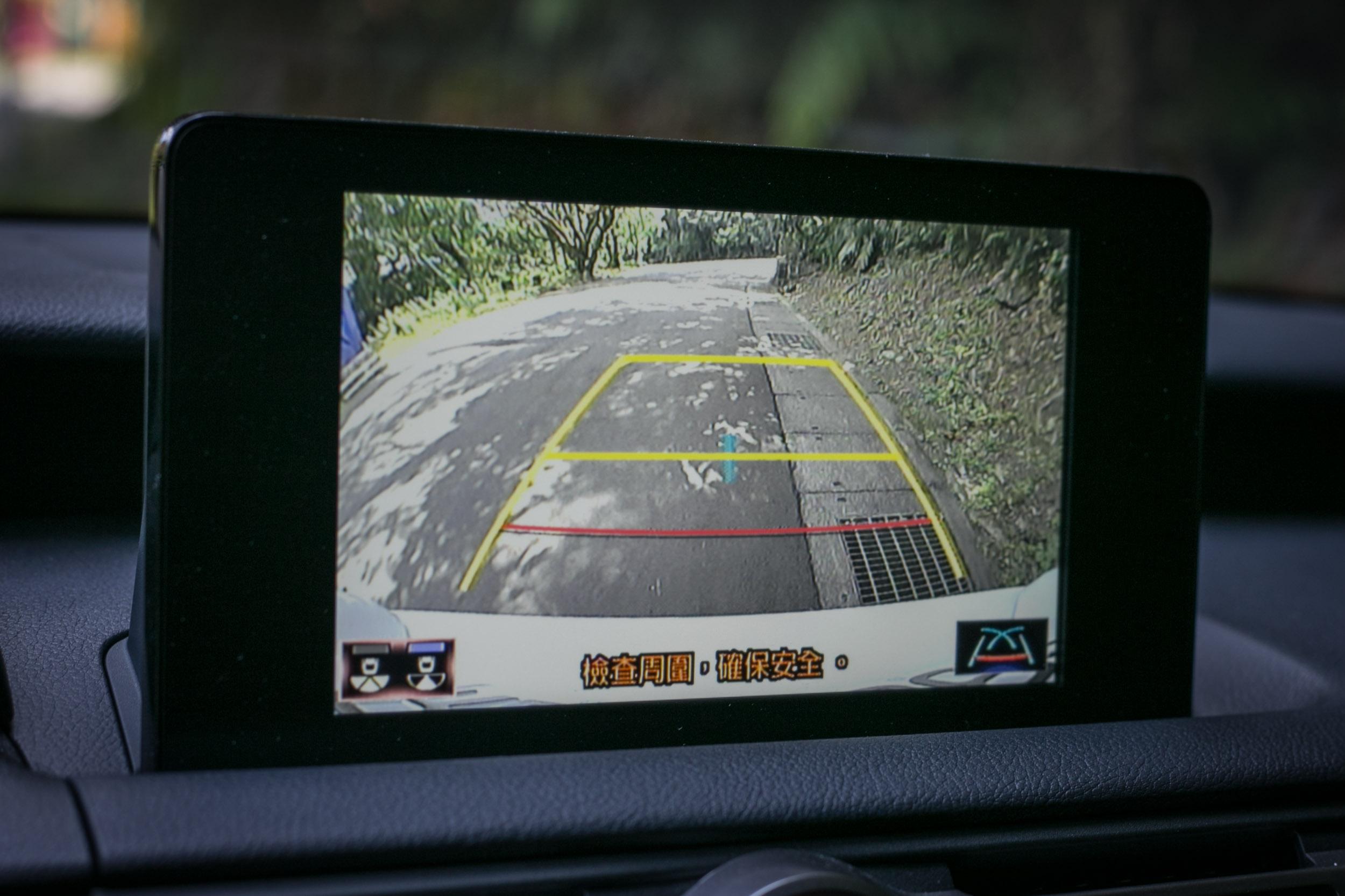 由圖可見僅有倒車影像輔助,並無 360 度環景,且畫面解析度表現也一般。