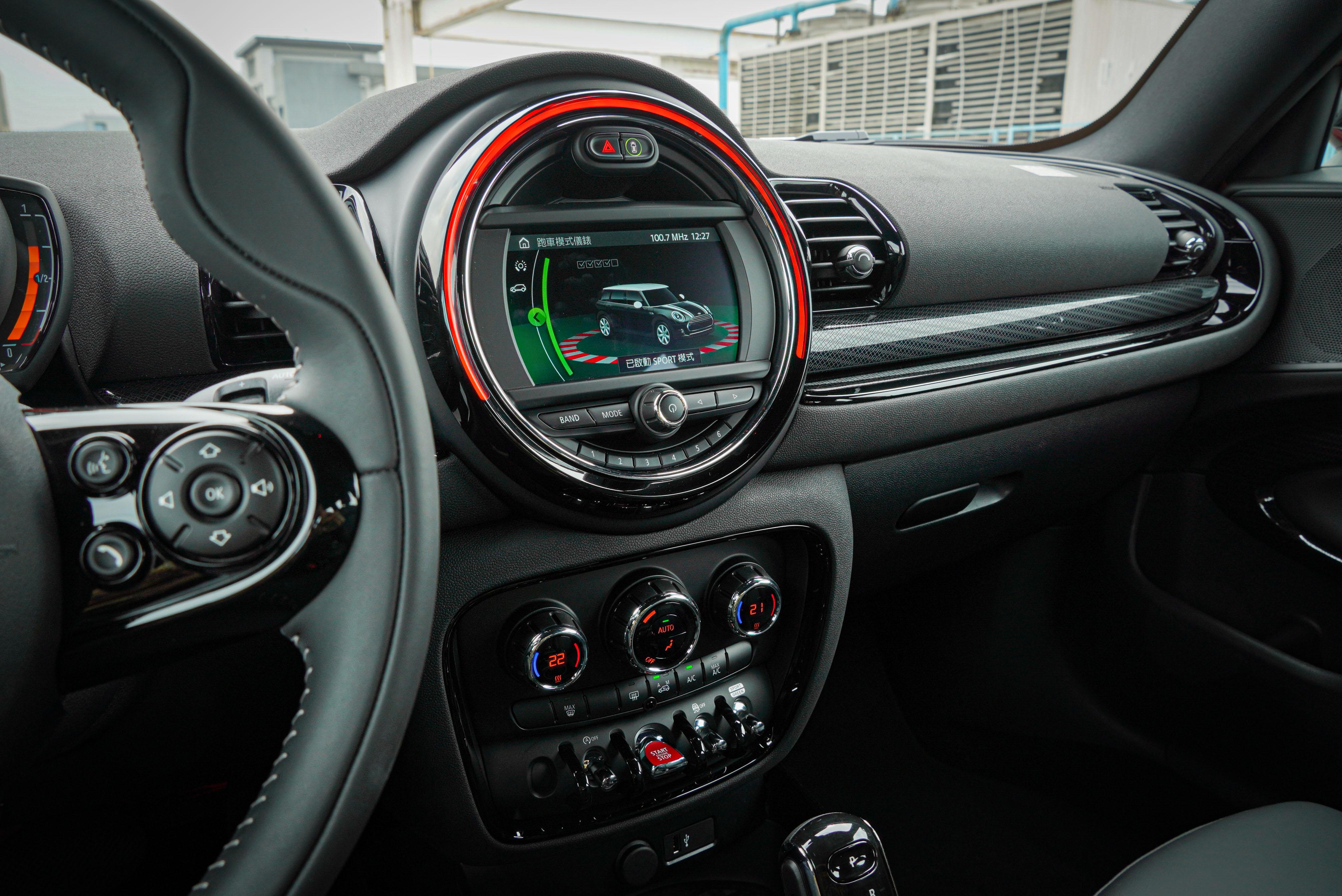 試駕車選配 Mini Visual Boost 6.5 吋觸控螢幕,以及支援無線串連的 Apple CarPlay。個人認為有了前者,59,000 元的原廠中文導航系統不是必要。