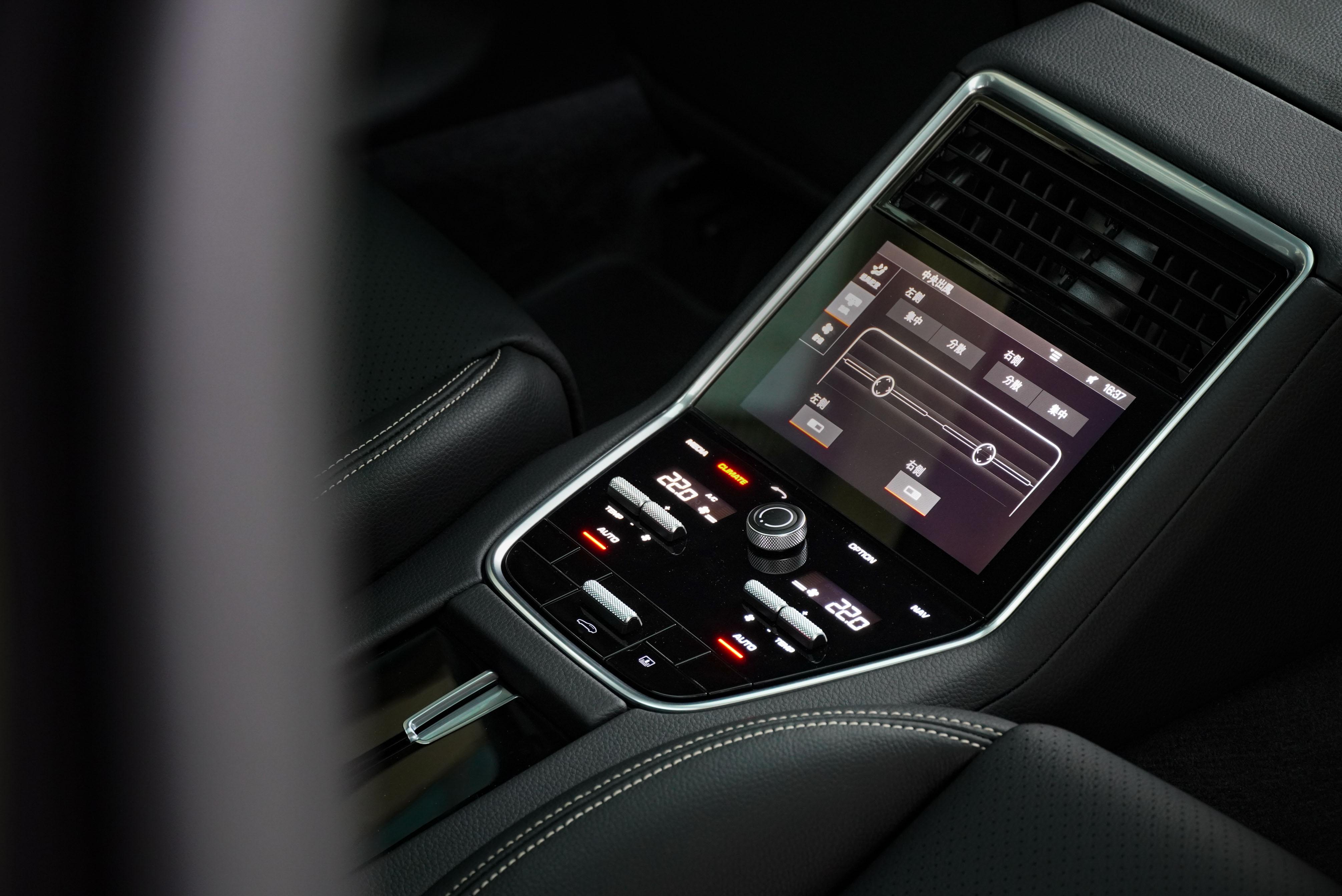 後座中央有調整空調的觸控螢幕及實體按鍵。