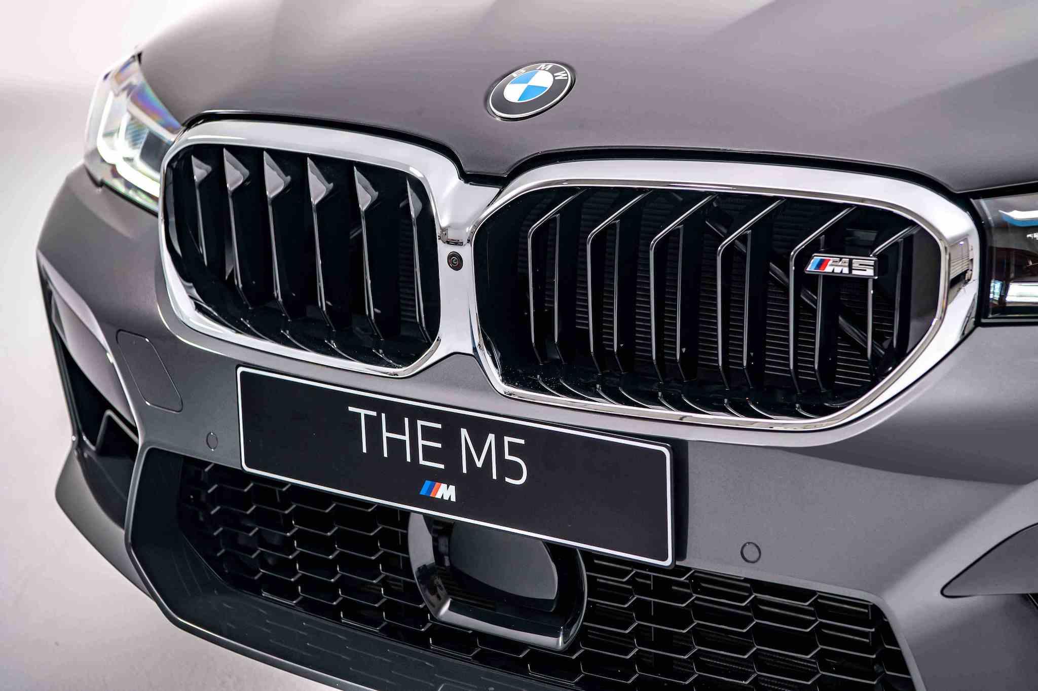 鑲有 M5 銘牌的全新設計 M 專屬雙柵腎形水箱護罩。