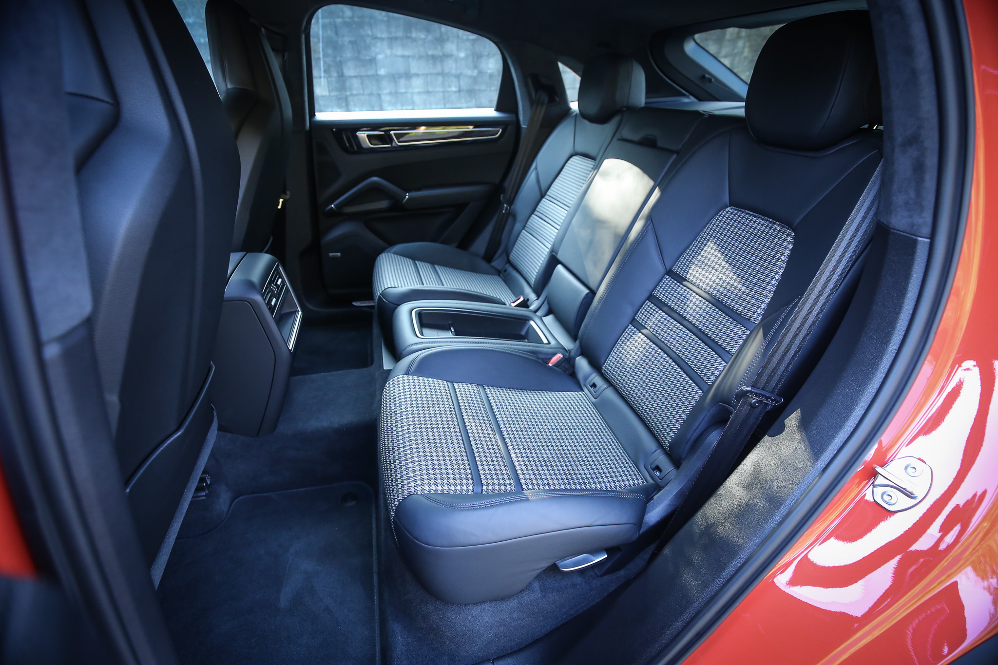 跑車座椅中央採取特殊的千鳥格設計,為濃郁的跑格添增一絲時尚氣息。