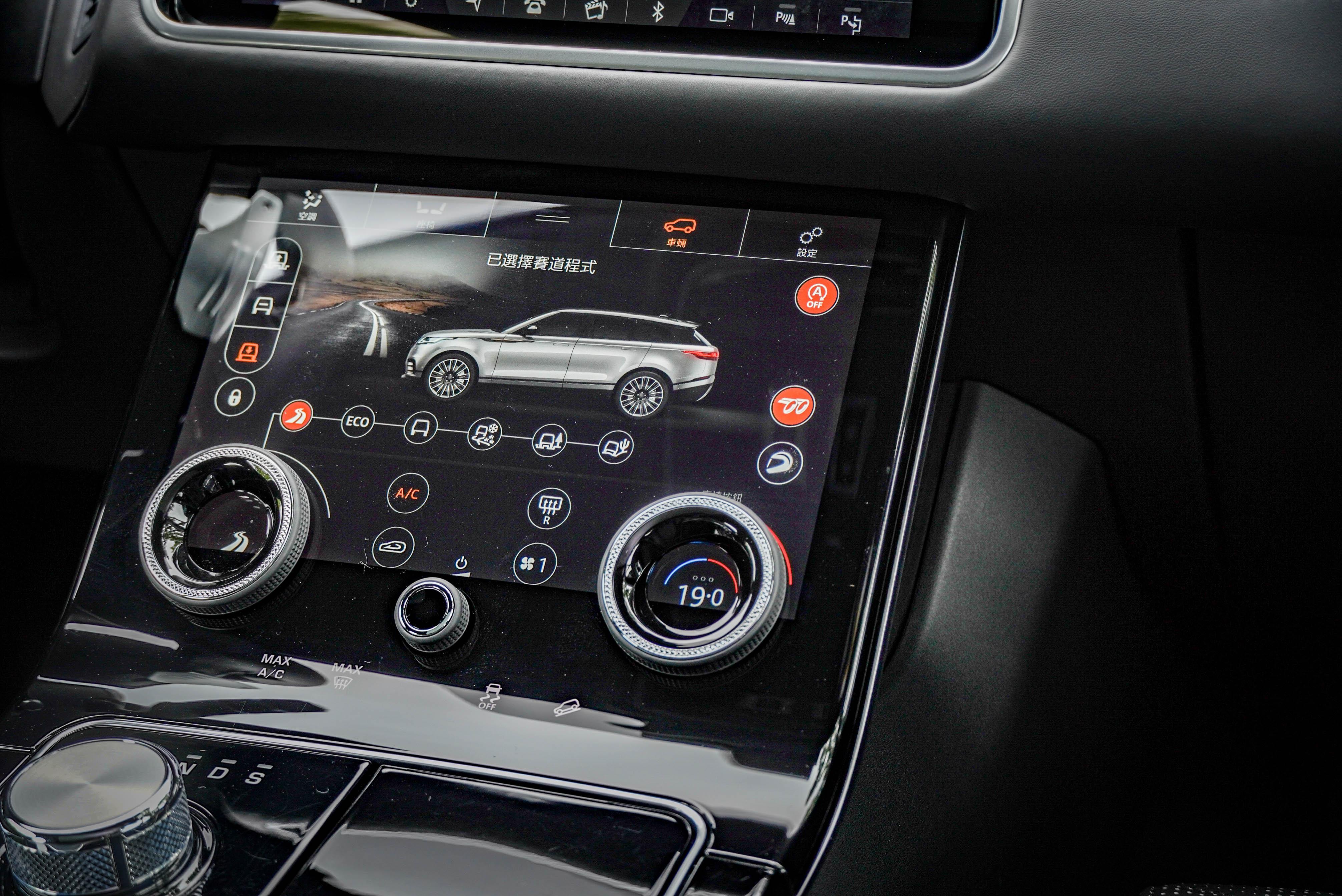 車輛設定皆透過標配的 10 吋高畫質雙觸控螢幕控制。