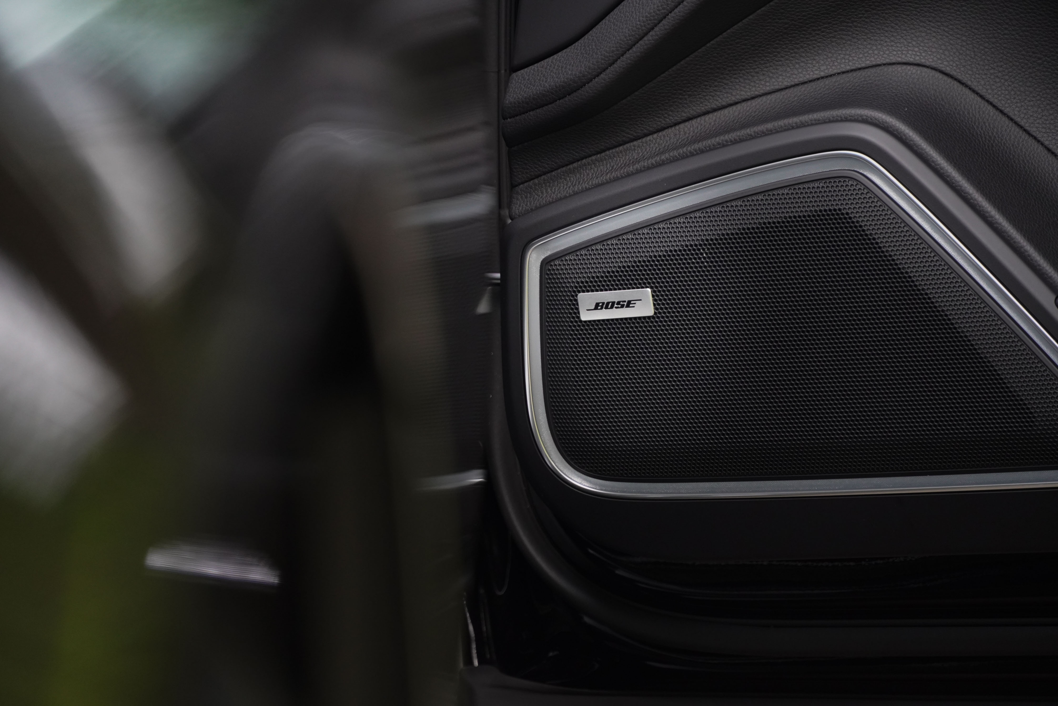 標配  Bose 環繞音響系統。