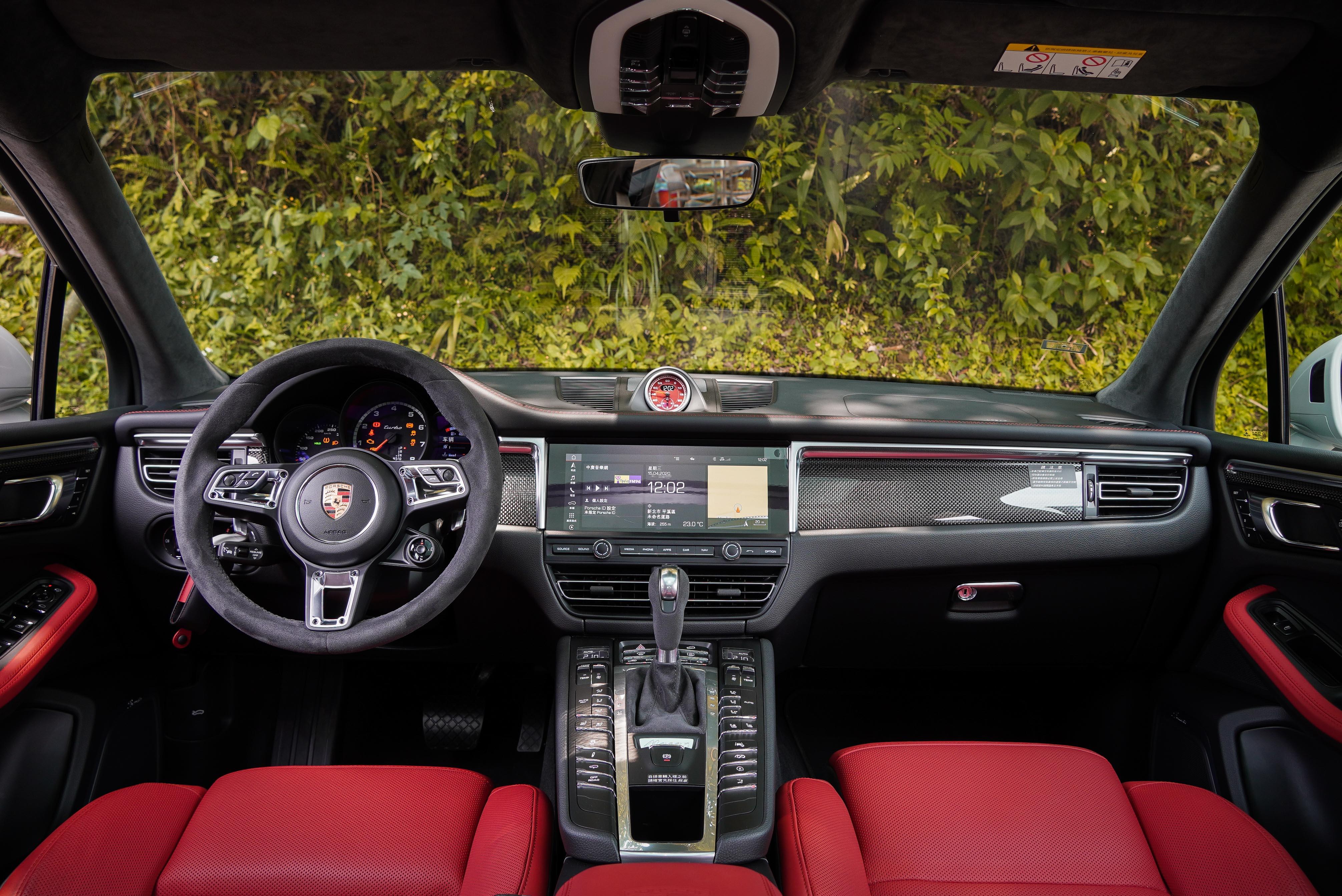 試駕車選配碳纖維內裝飾板套件,以及黑 / 石榴紅雙色真皮套件。