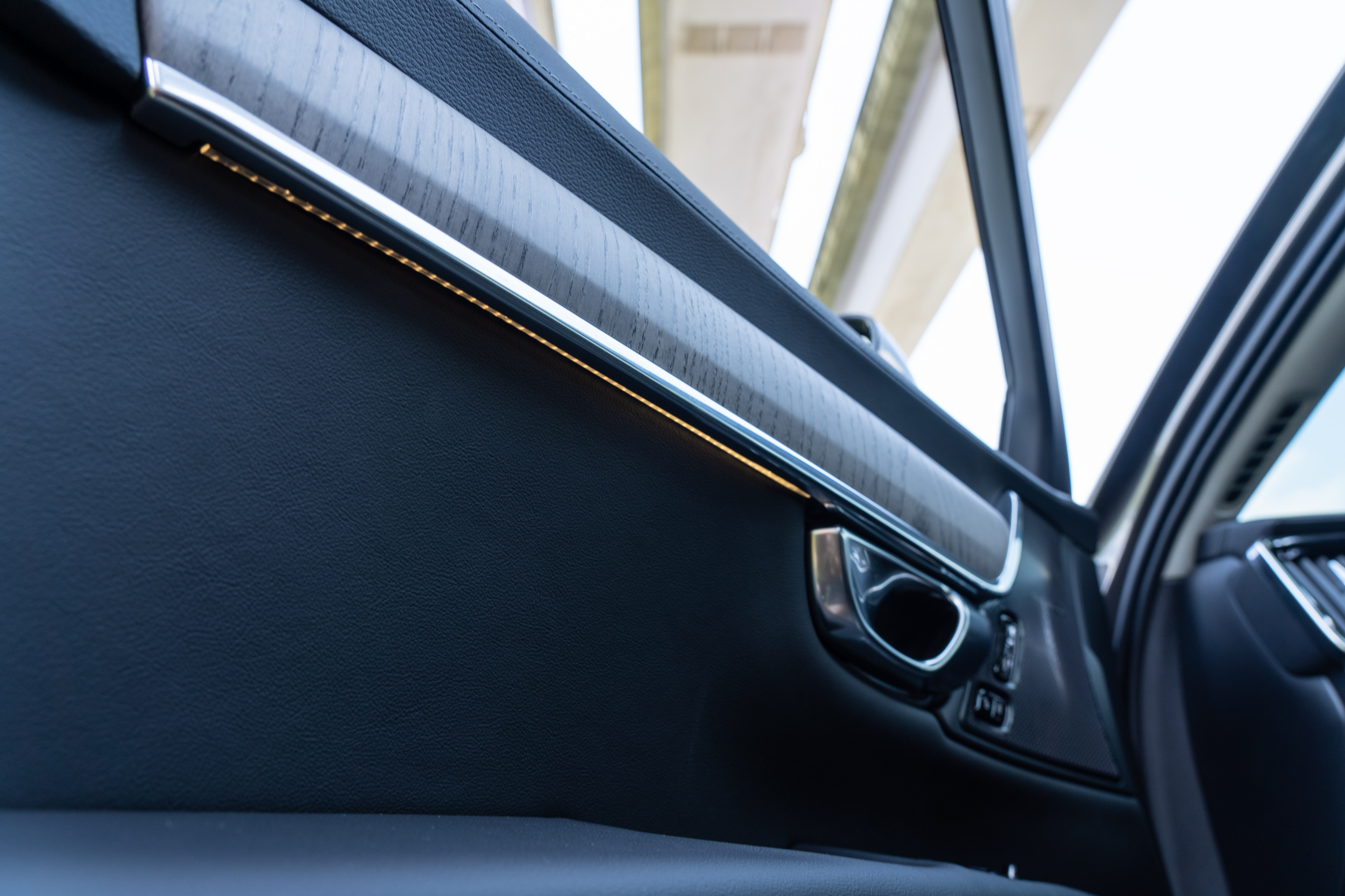 車室氣氛照明在車內必要地方裝設了 40 多盞燈光。
