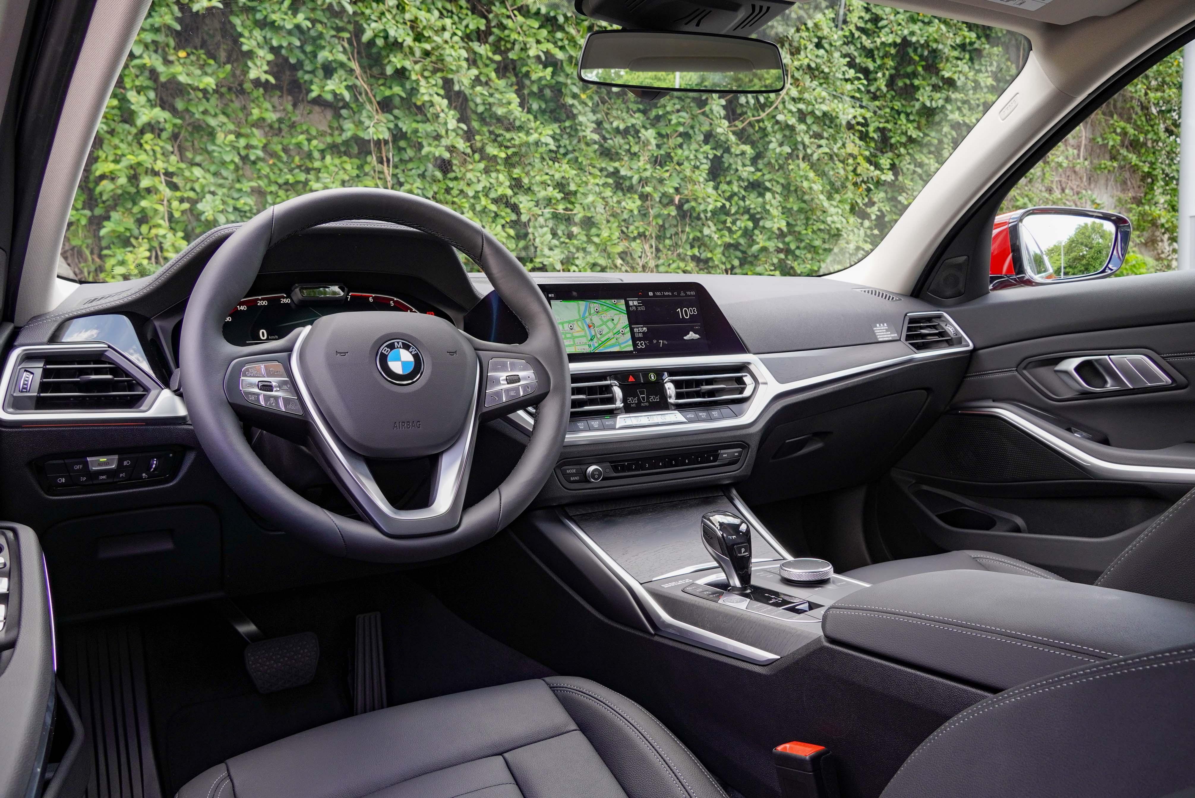 318i Luxury 內裝鋪陳與高階車型差異不大,駕駛導向的設計與用料搭配依然非常討喜。