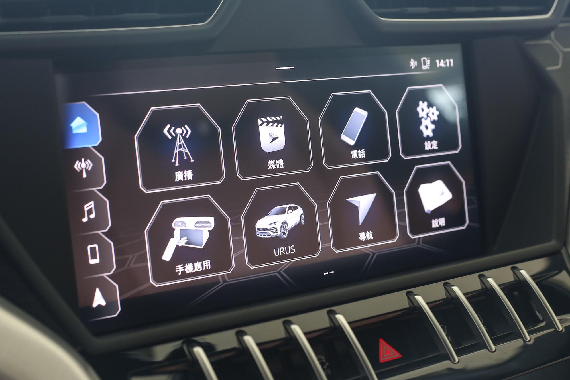車載資訊平台整合在中控台上方的大型觸控螢幕內,通訊、多媒體、音響、導航、車輛設定等功能全數具備。