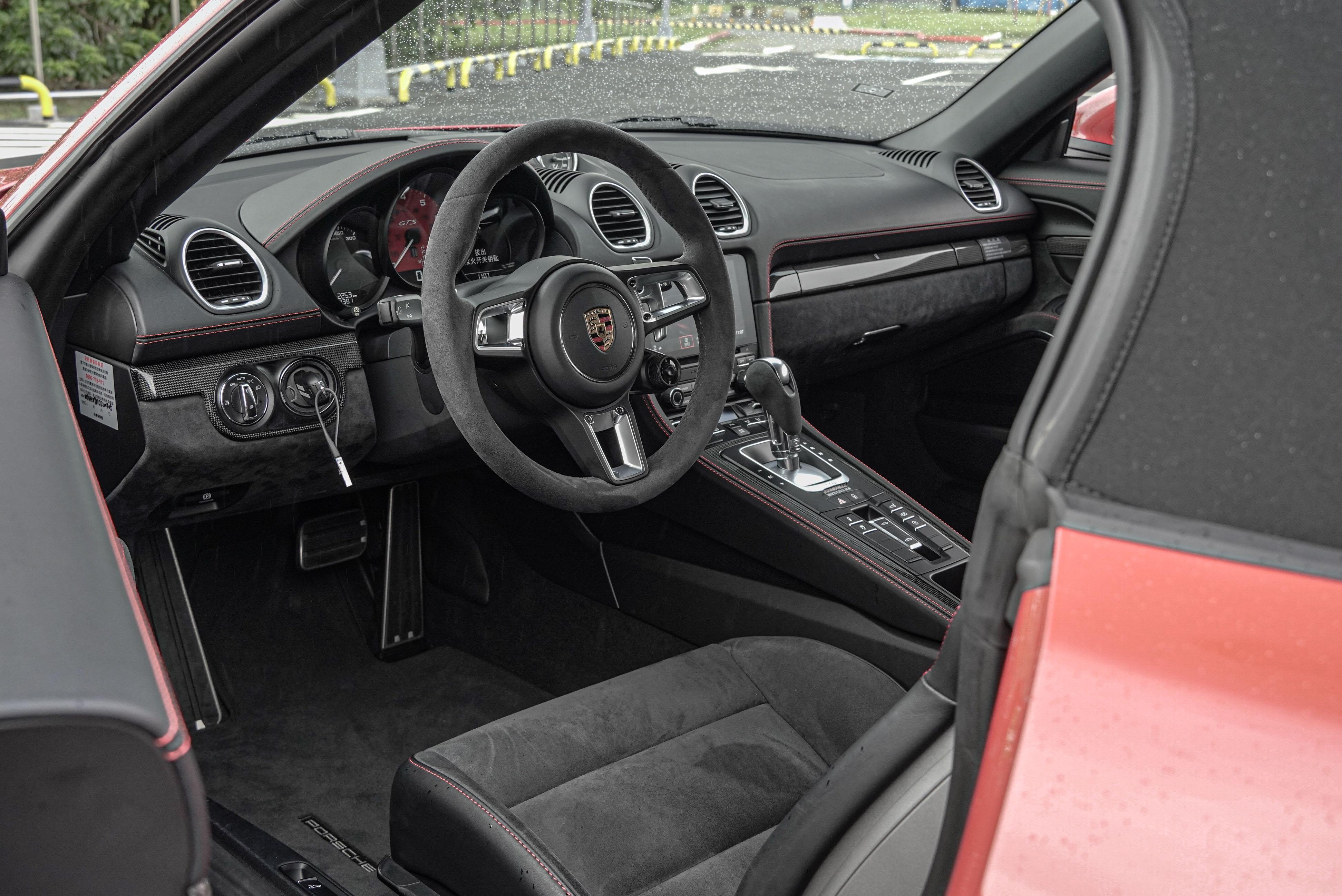 方向盤左側的引擎鑰匙插槽是 Porsche 的經典配置。