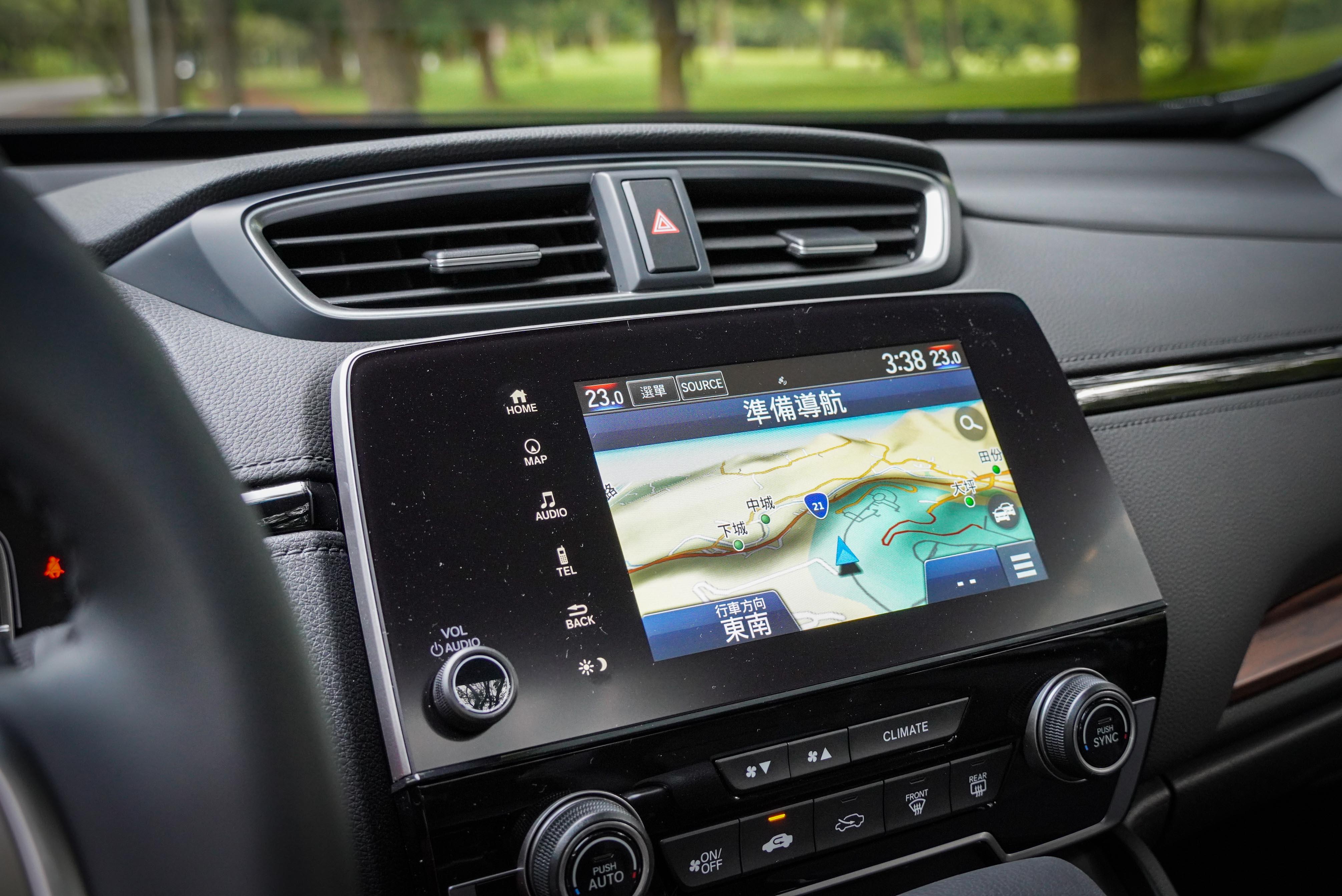 7 吋觸控式音響主機為 VTi-S 以上配備,VTi 則配備 5 吋液晶螢幕音響。