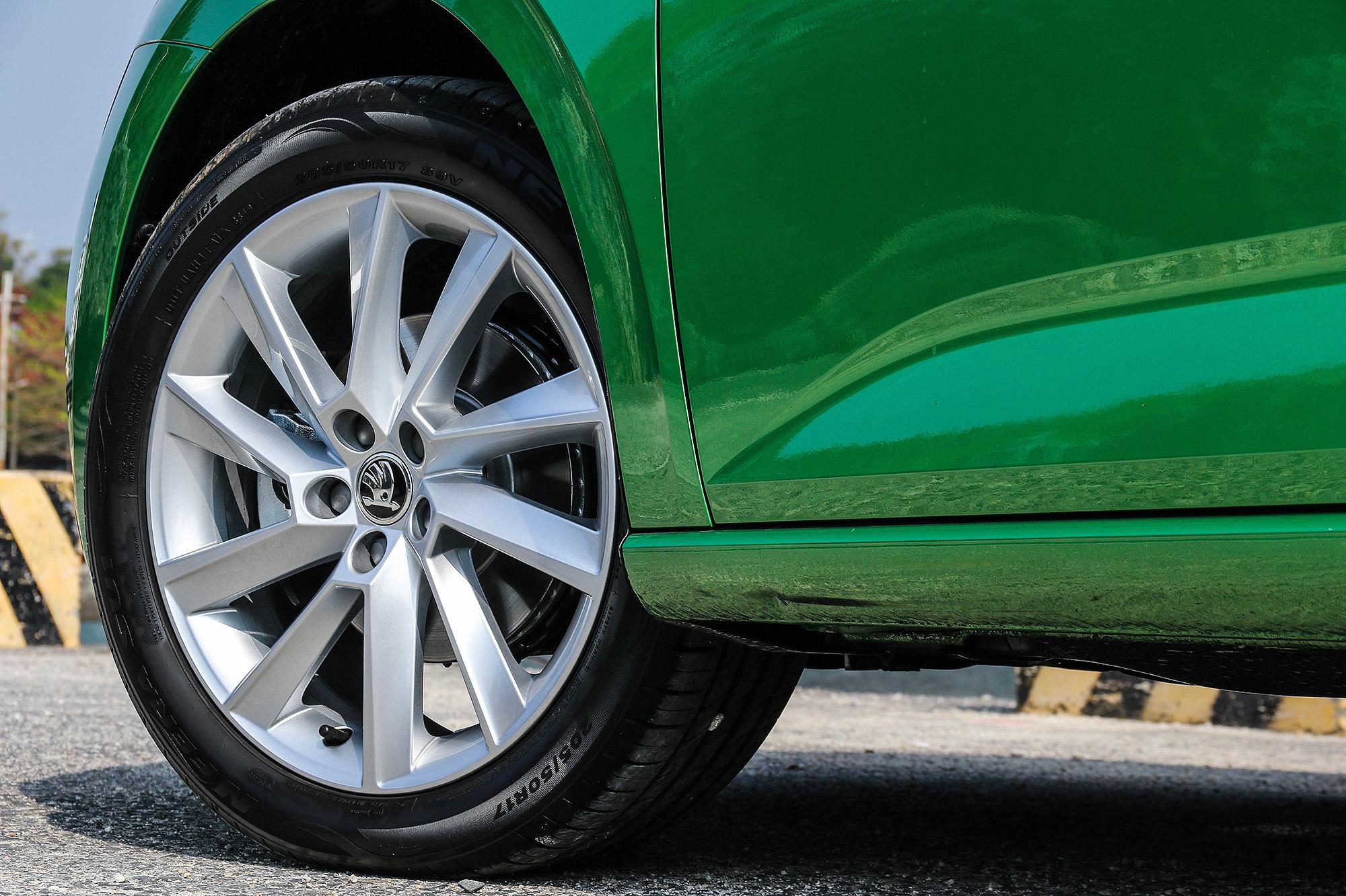 豪華版車型標配 17 吋鋁合金輪圈。