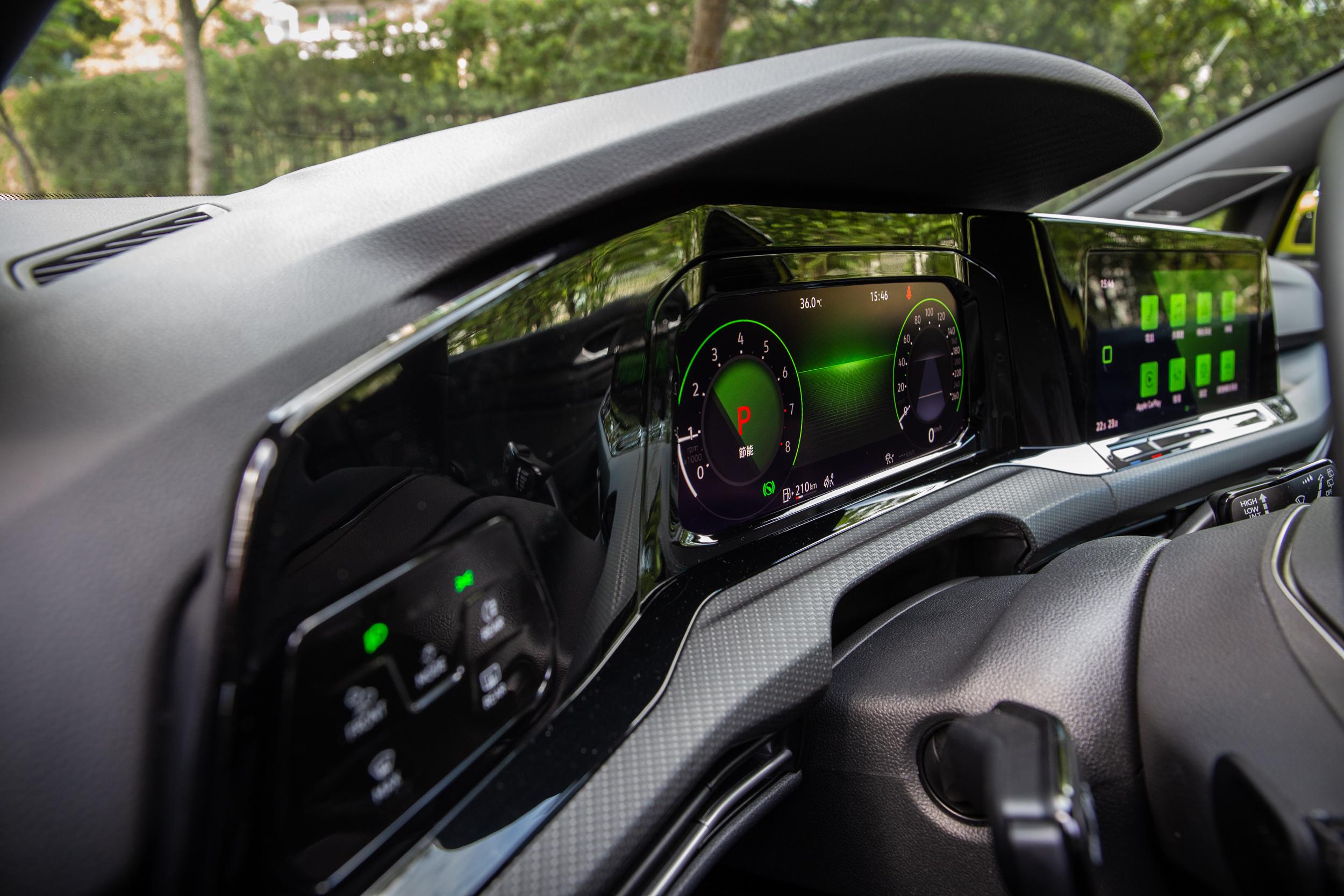 海灣式的儀表與中控台顯示螢幕總成,展現八代 Golf 的革新。