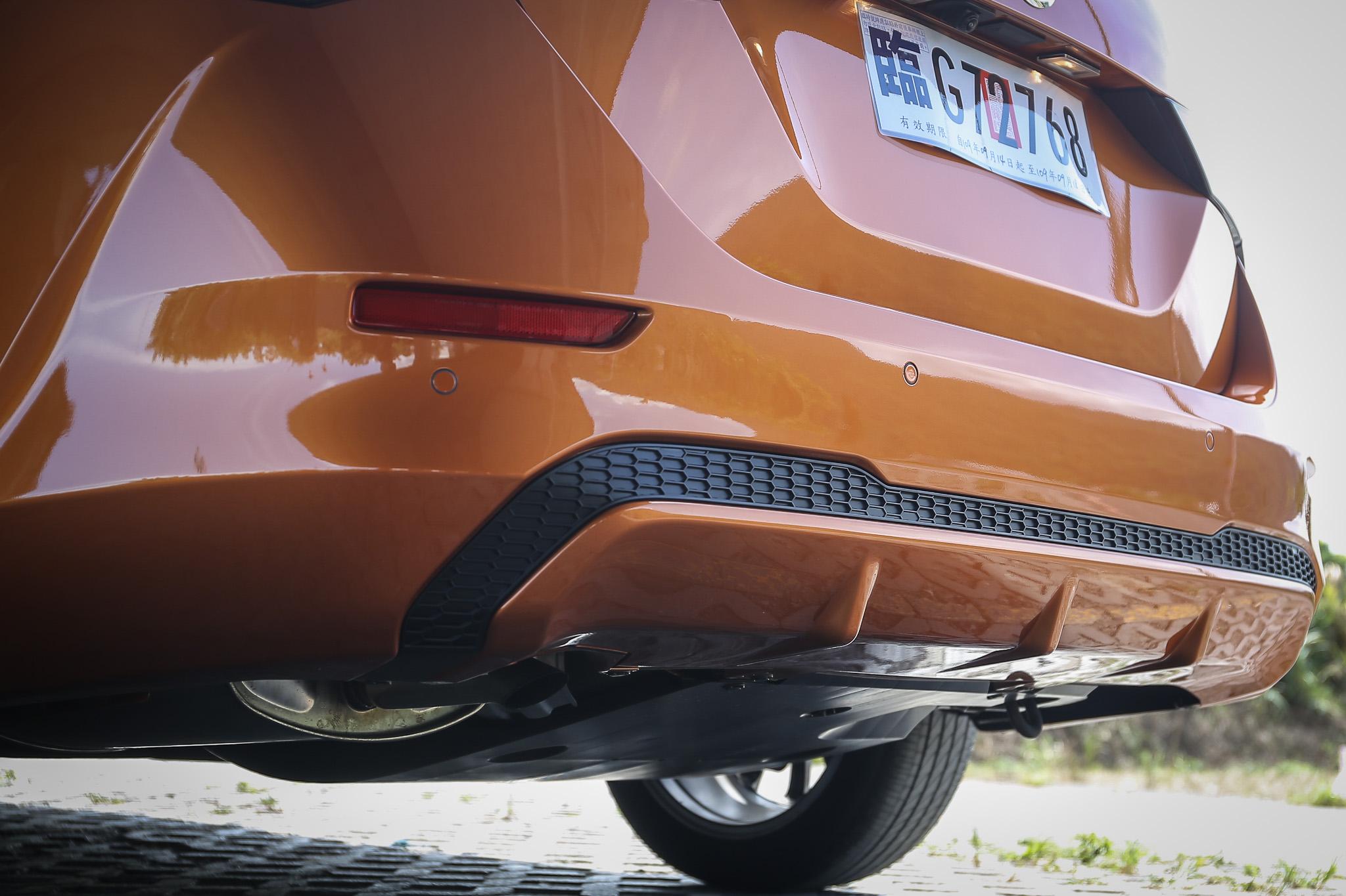 車身同色下擾流,排氣尾管為隱藏式。