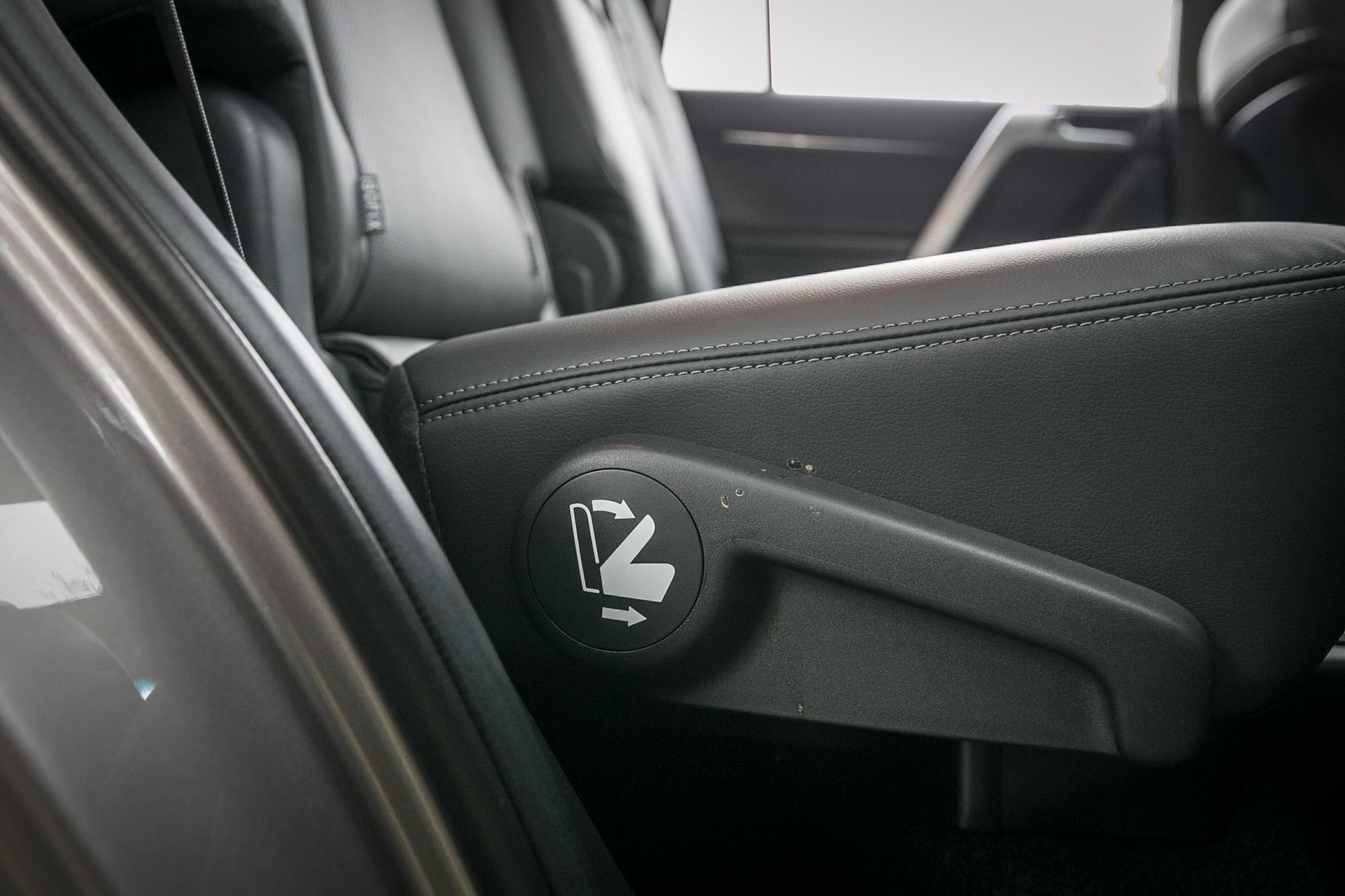 第二排座椅右側具備有快捷把手,可以快速把座椅往前位移,騰出第三排乘客進出空間,但礙於車身高度與軸距長度,進出難度還是頗高。
