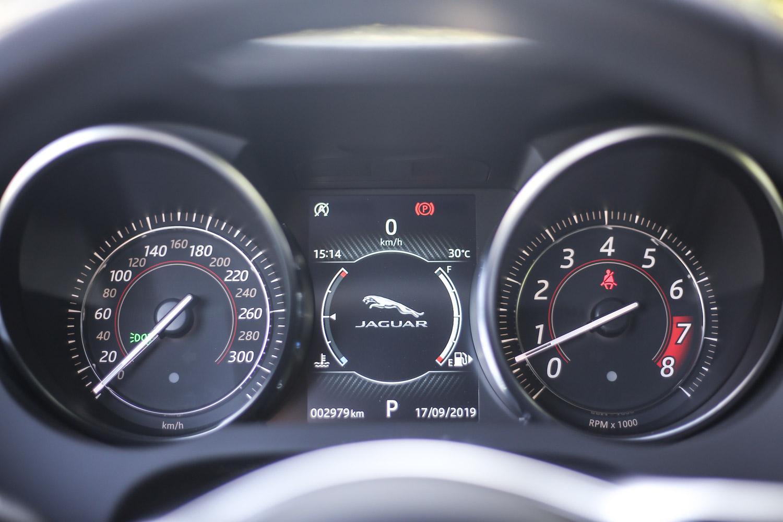 雙環儀表也快要絕跡於車壇中,日前發表的小改款 F-Type 車型便已經以大液晶螢幕取代。