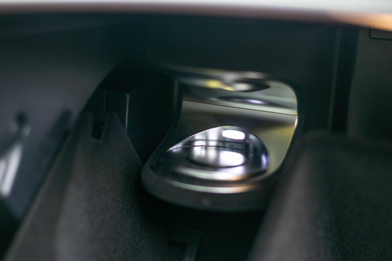 包含在進階舒活套件中的香氛套件,設置於副駕駛座前方的手套箱內。