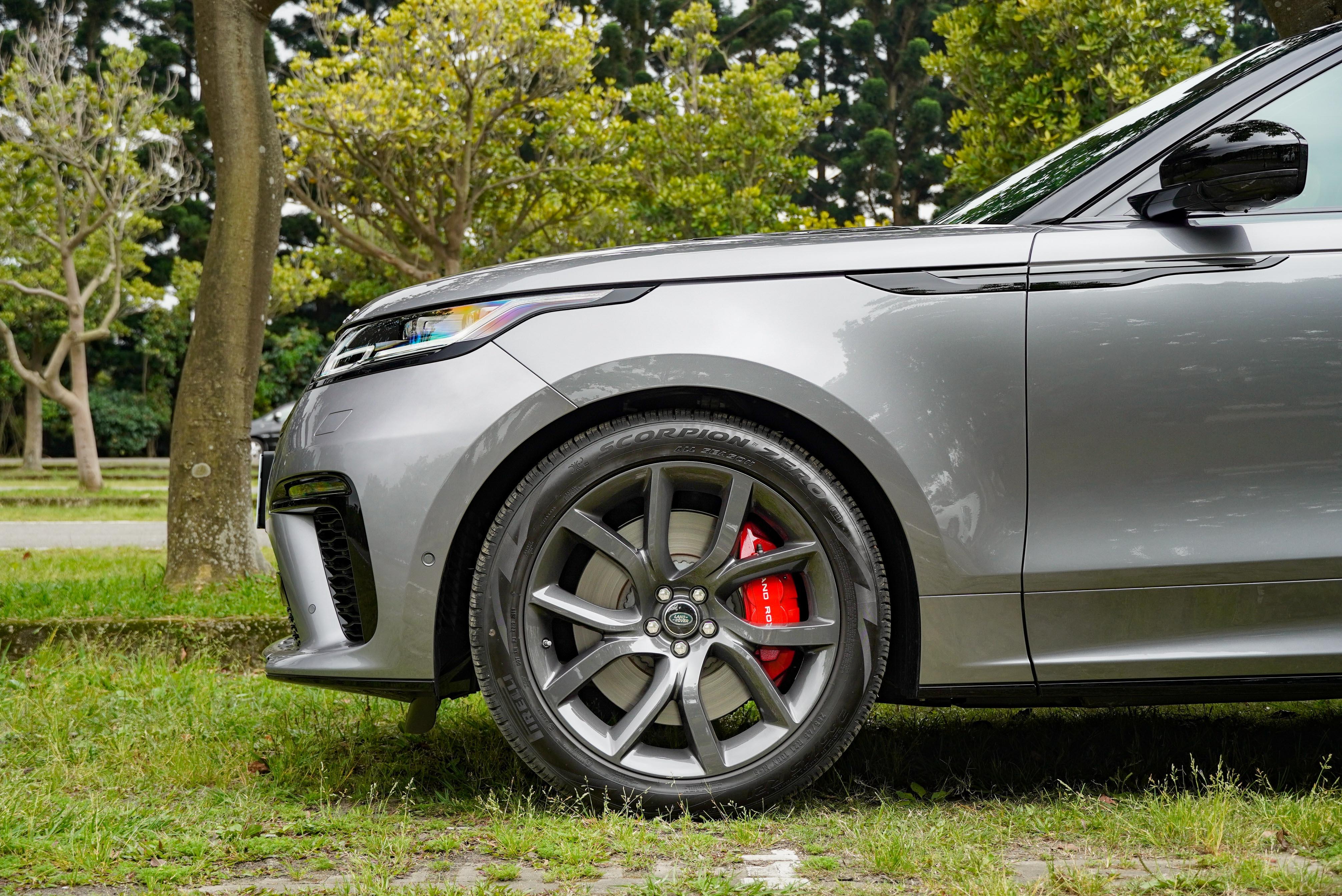 標配 21 吋輪圈,並提供多種樣式可選。