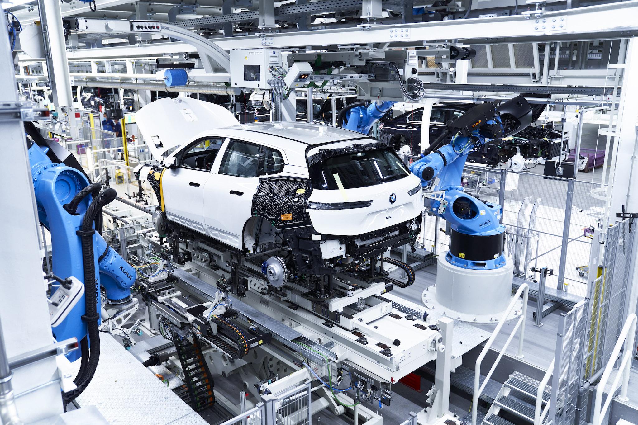 BMW iX 的電動馬達從生產階段開始就不使用稀土金屬,高壓電池回收率也極高。同時,用來生產電池與車輛的電力都源自可再生能源。