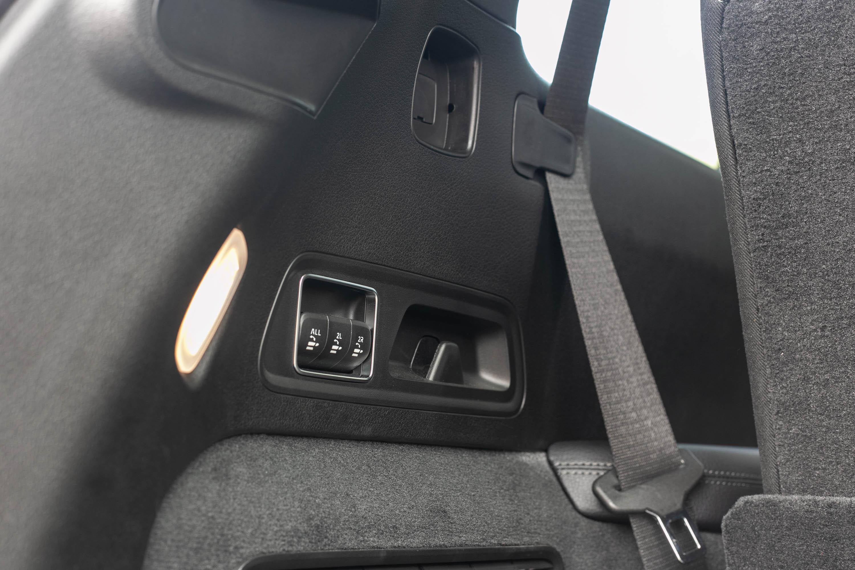 後廂左側提供第二排座椅與第二排+第三排座椅電動收折控制鍵。