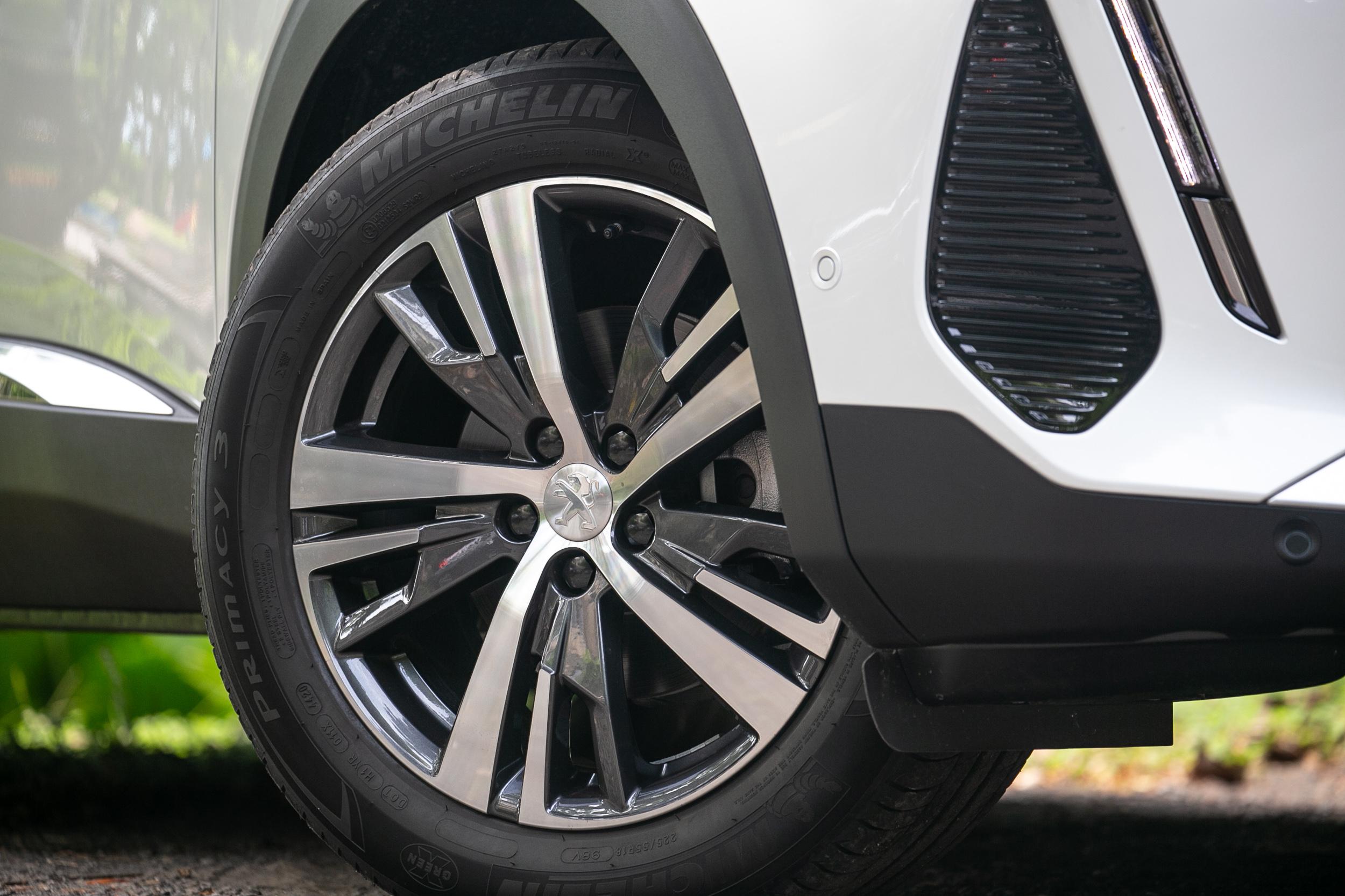 3008 與 5008 全車系都配備這一只 18 吋黑銀雙彩鋁合金輪圈。