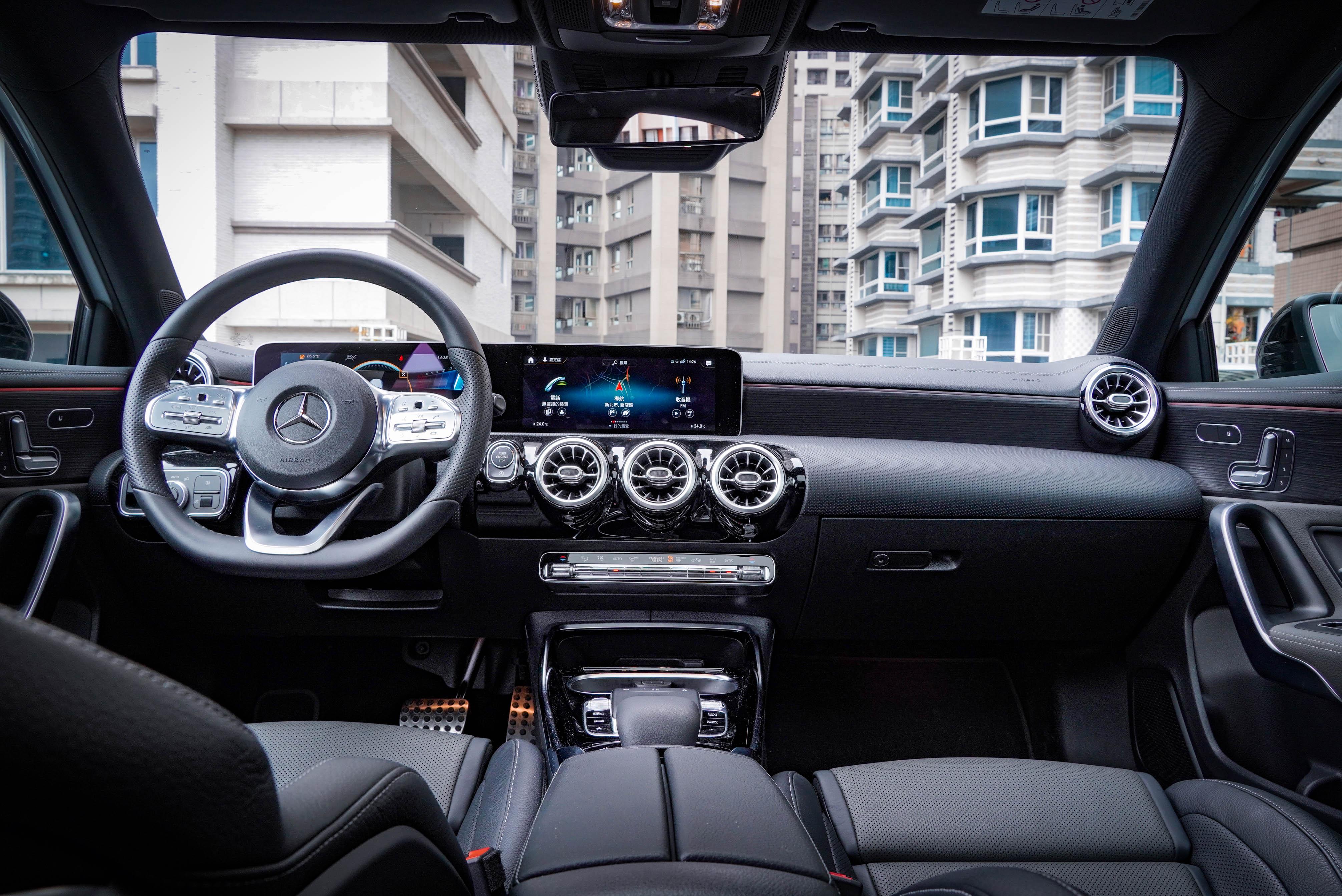 試駕車選配 AMG 豪華內裝套件,含真皮跑車型座椅、雙前座電熱椅、ARTICO 包覆儀表板上緣附縫線。另選配霧面黑色梣木飾板。