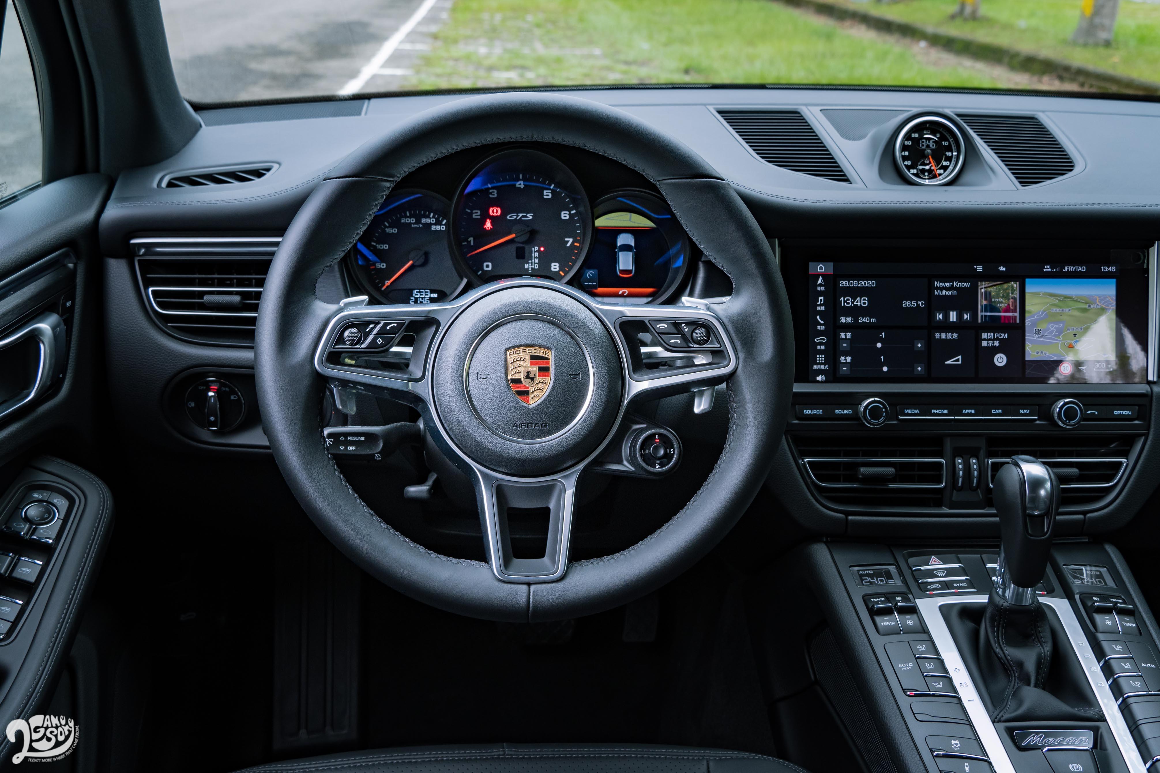 排檔桿與標配的多功能跑車方向盤採用皮革包覆,換檔撥片為標準配備。試駕車選配跑車計時套件,中控臺上方多了計時碼錶,方向盤右下多了模式切換鈕。